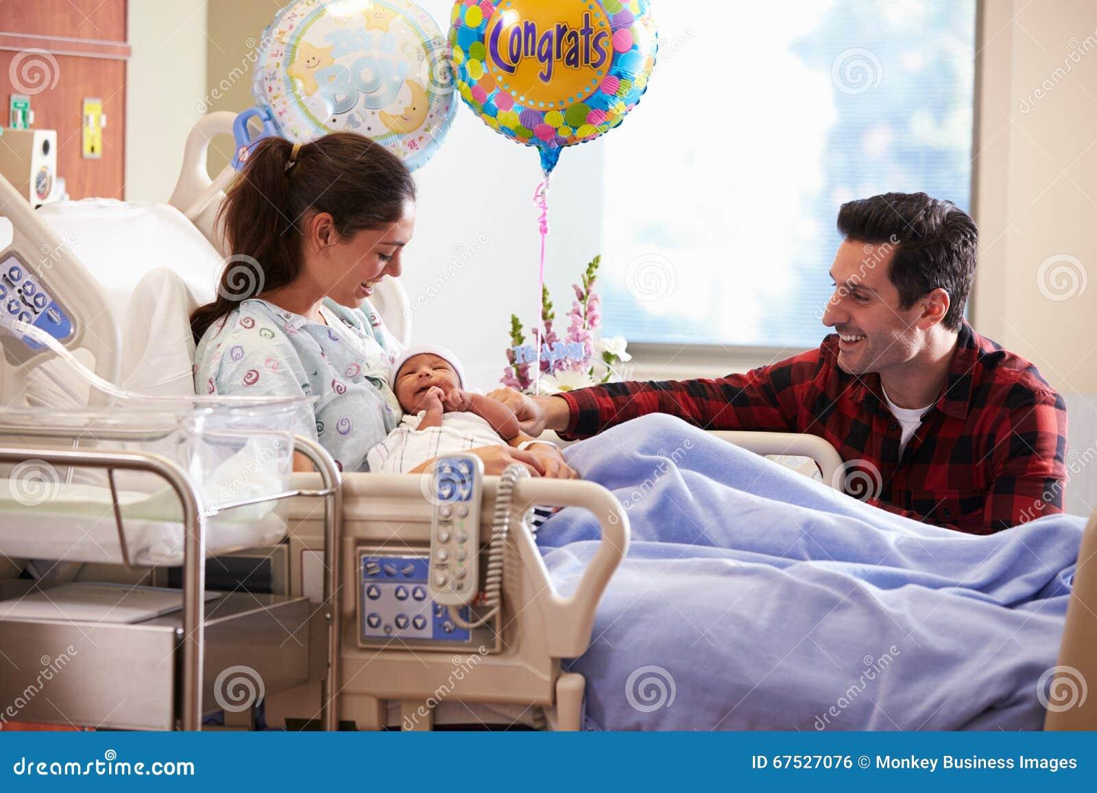 Familjen med nyfött behandla som ett barn i stolpen Natal Hospital Department
