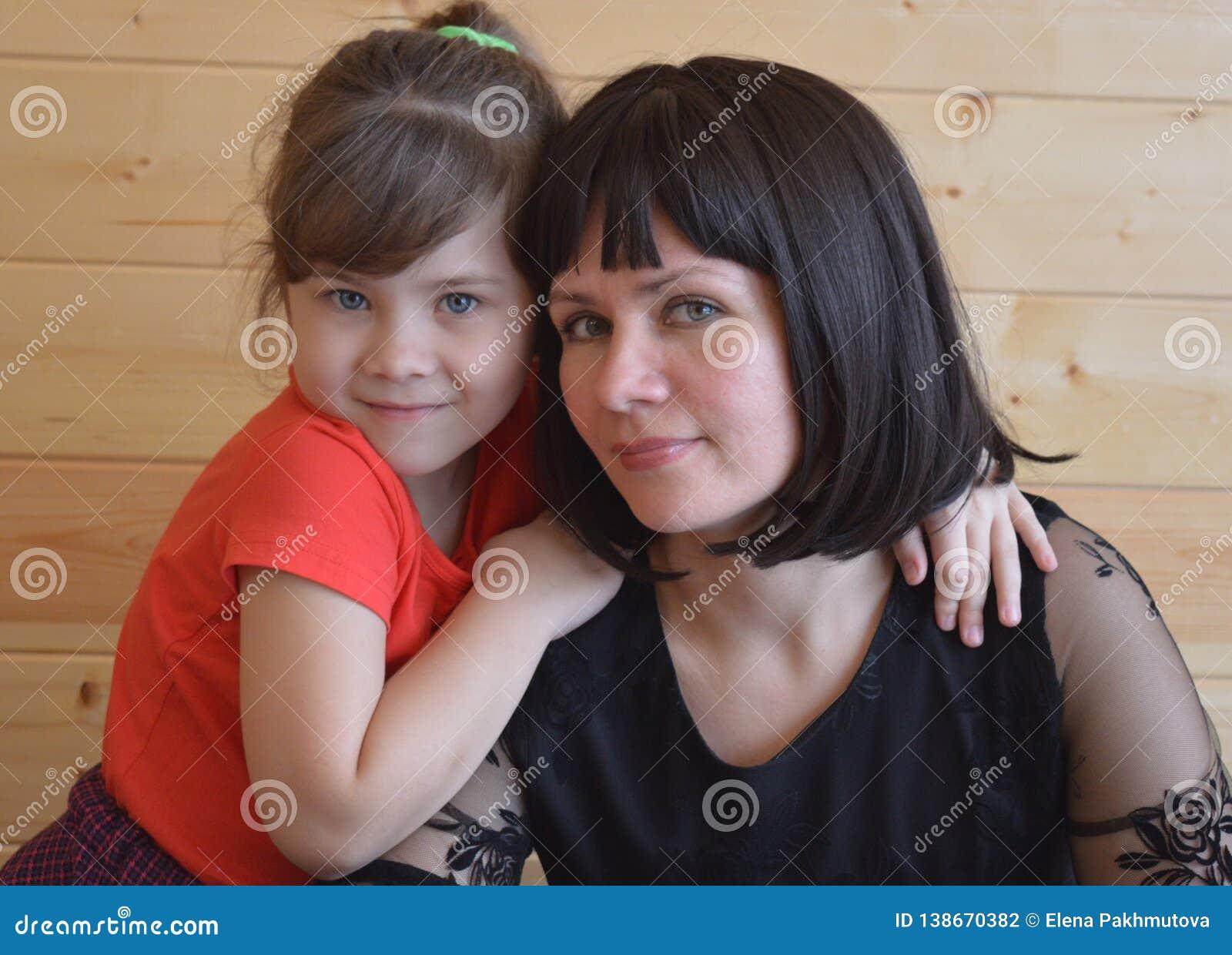 Familjen modern, barnet som är lyckligt, behandla som ett barn, kvinnan, förälskelse, dottern som är ung, säng, mamman, folket, p