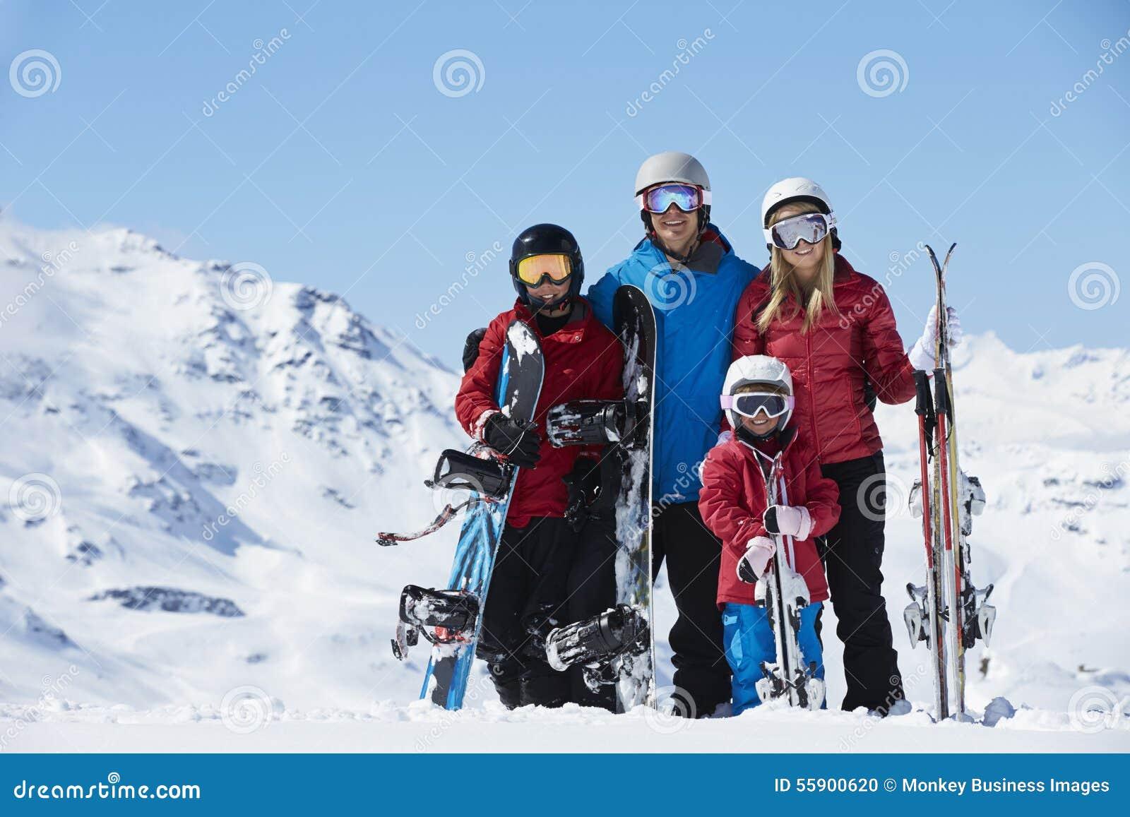 Familjen skidar på ferie i berg