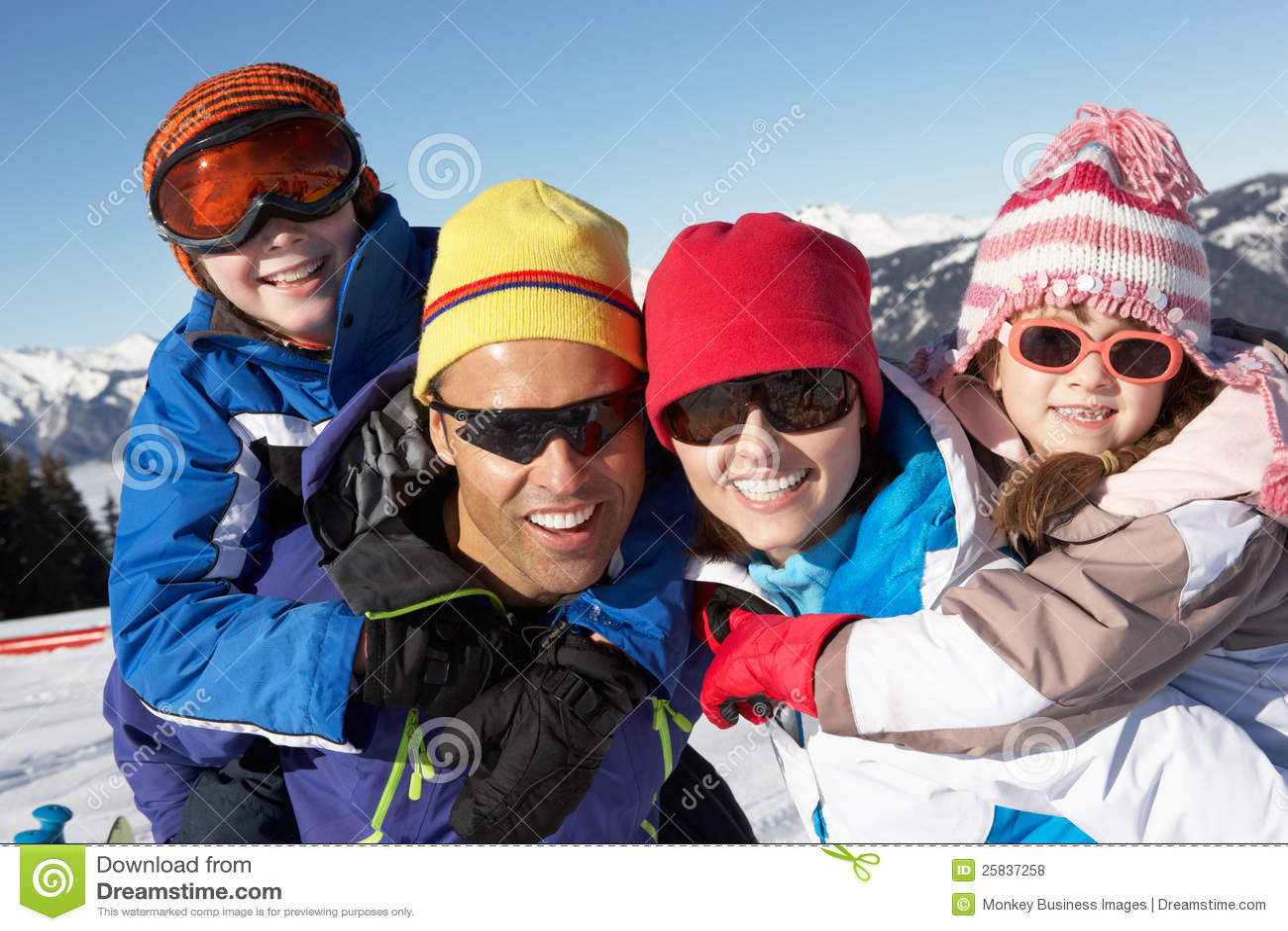 Familjen som har gyckel skidar på, ferie i berg