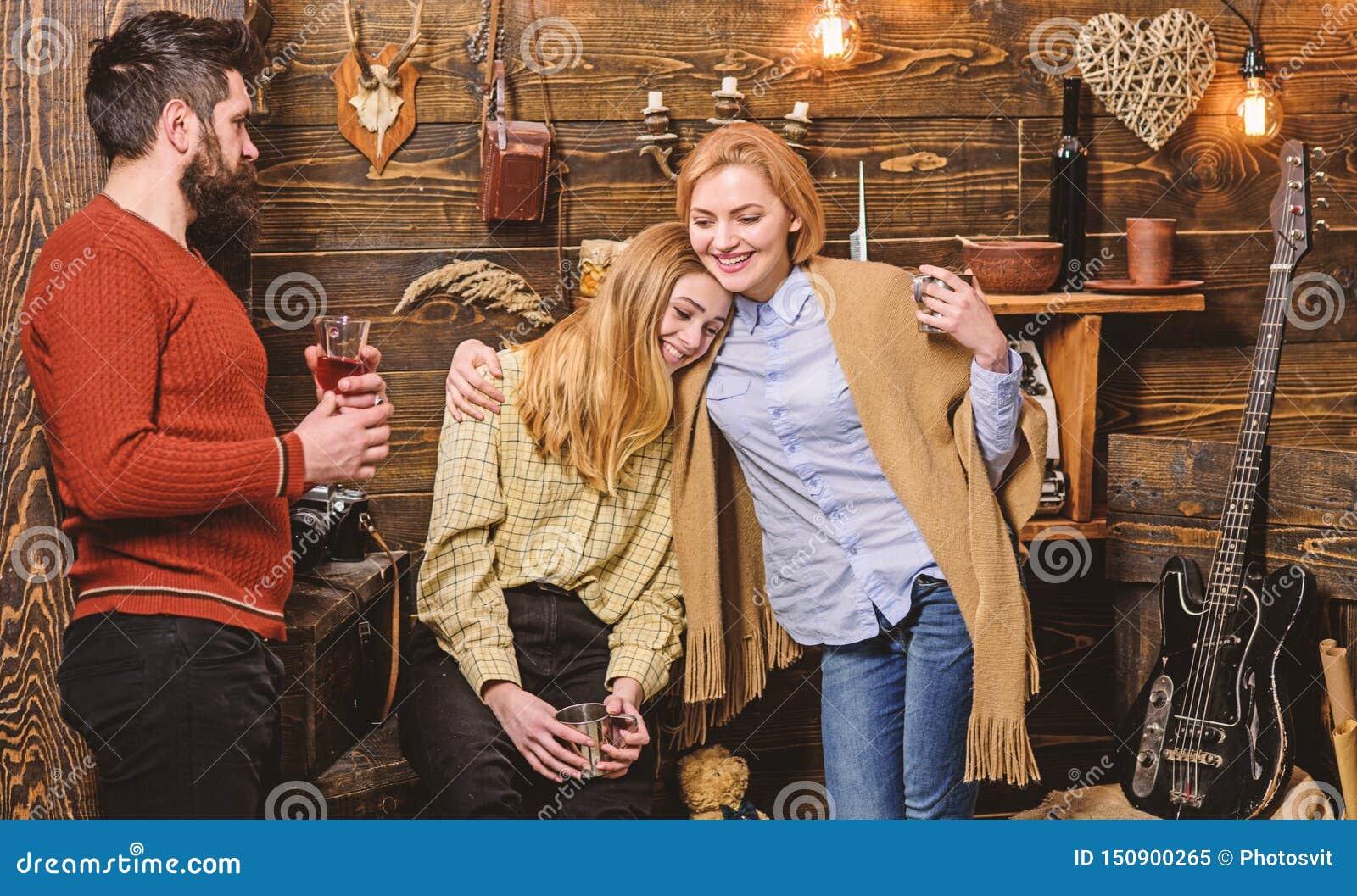 Familjen tycker om semester i skogsvaktarehus Hemtrevlighetbegrepp Flickor och mannen p? lyckliga framsidor rymmer metalliskt r?n