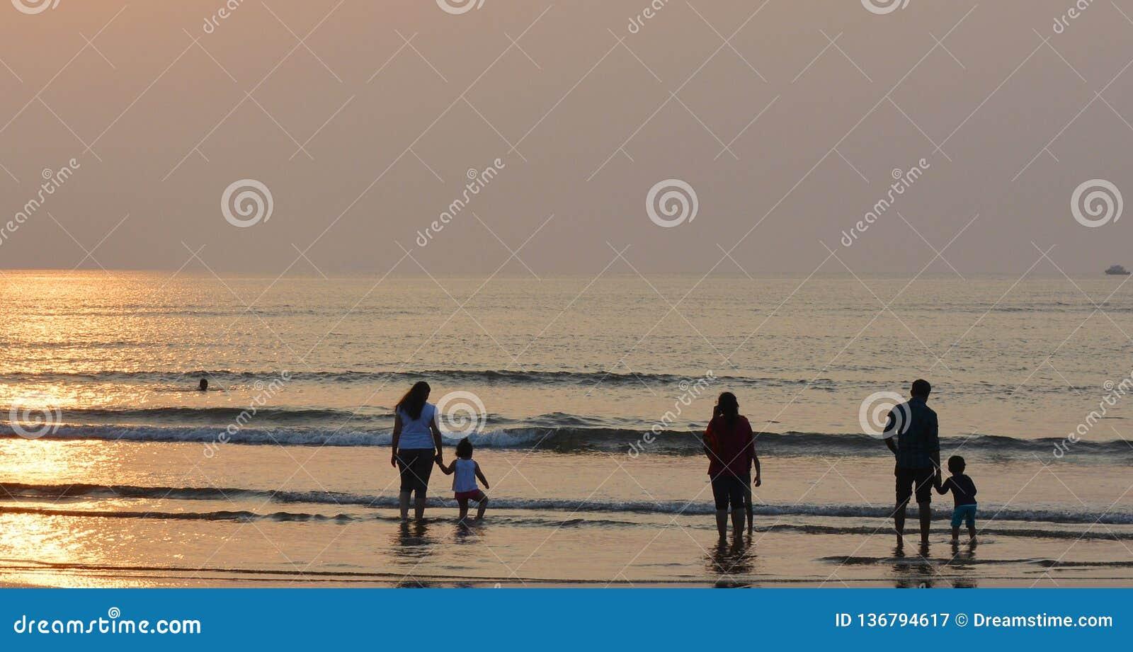 Familjer på en strand