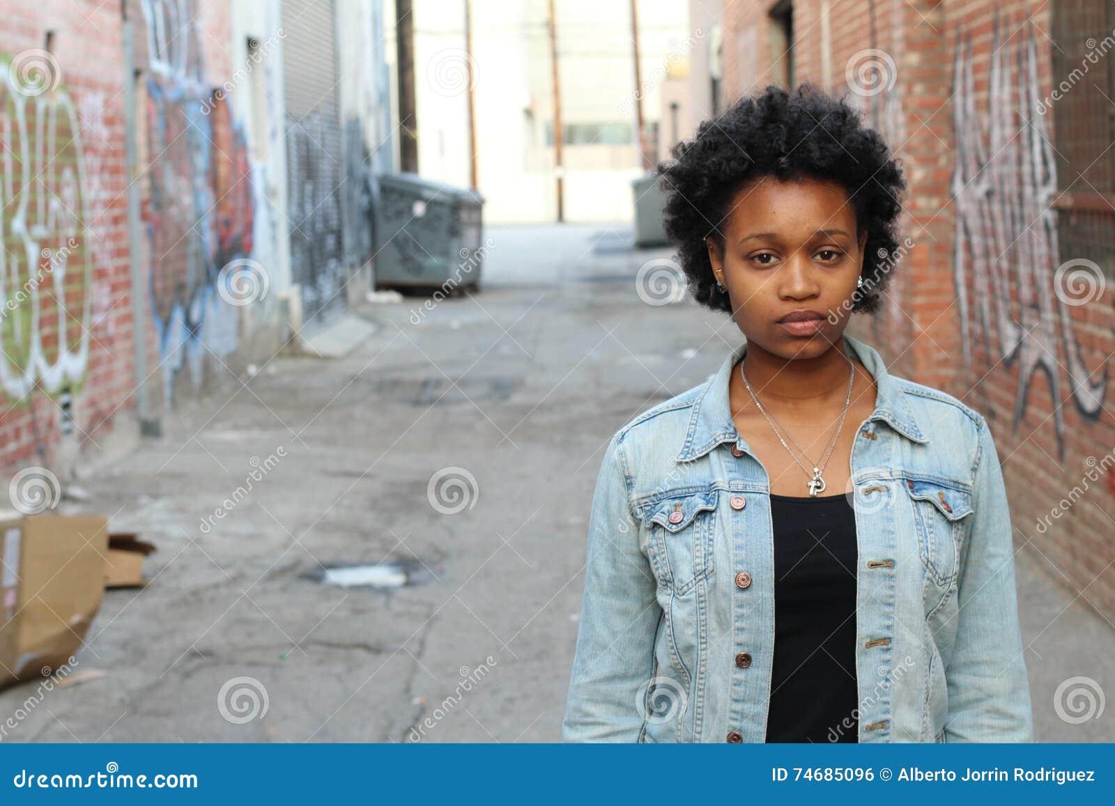 Familjevåld stående av missbrukad och för men för ung kvinna för visning sorgsenhet utomhus med kopieringsutrymme