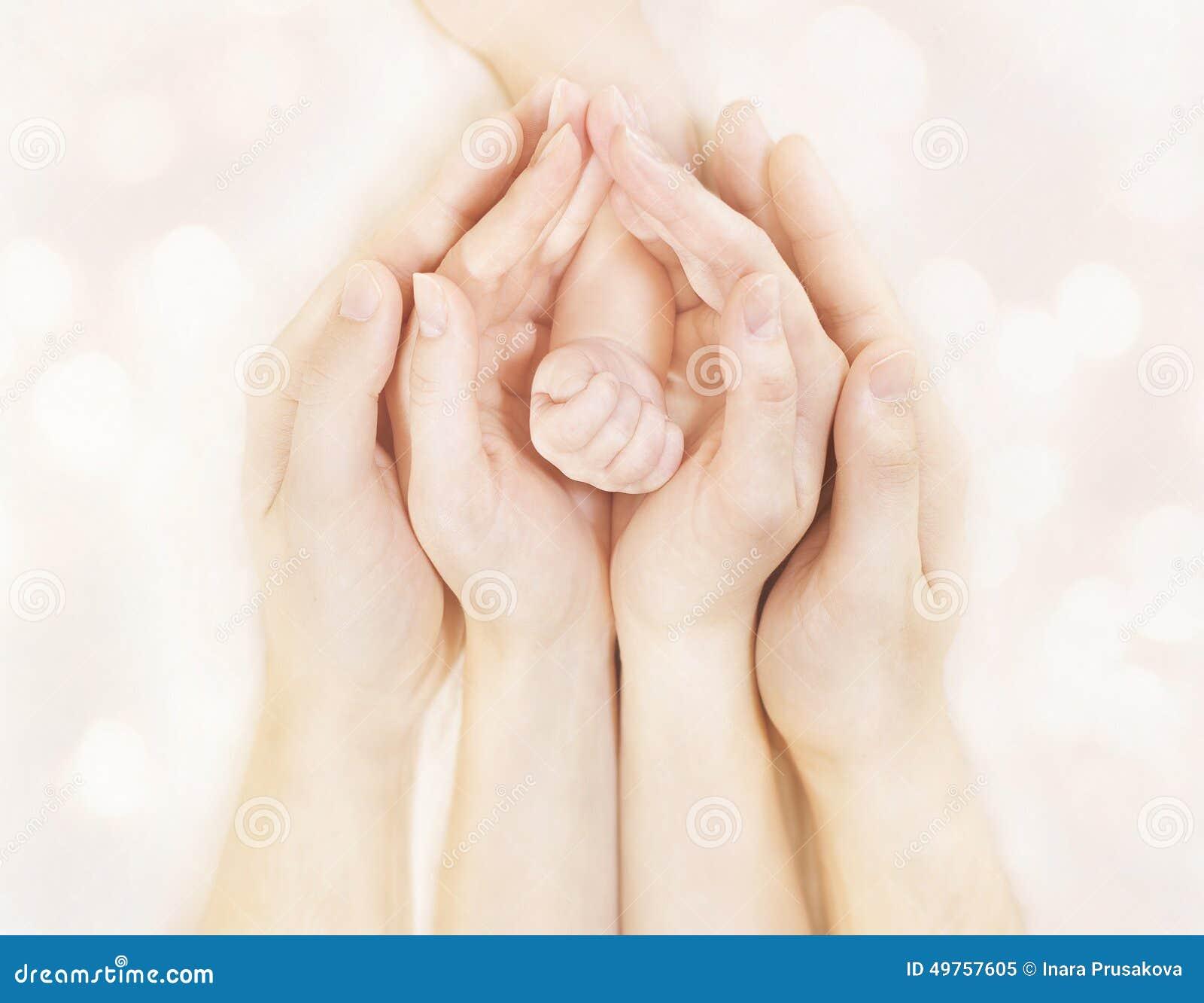 Familjhänder och behandla som ett barn den nyfödda armen, moderfadern Children Body, nyfödd ungehand
