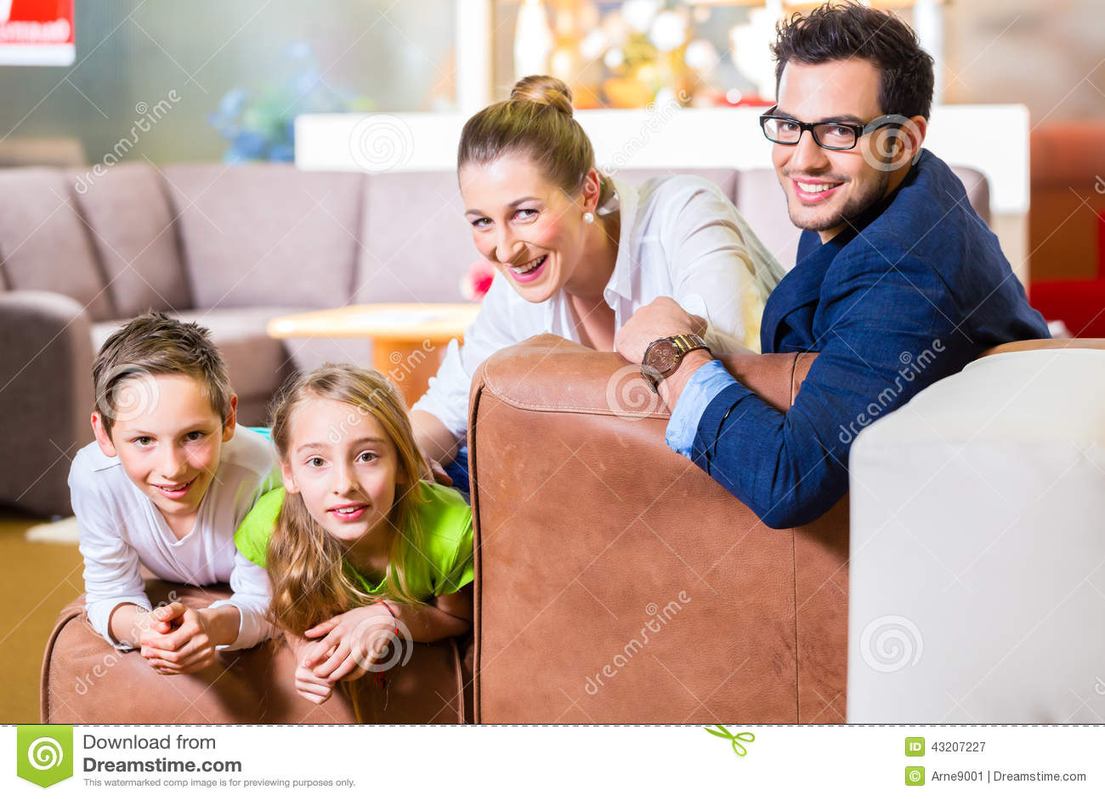 Download Familjköpandesoffa I Möblemanglager Fotografering för Bildbyråer - Bild av sitting, shoppa: 43207227