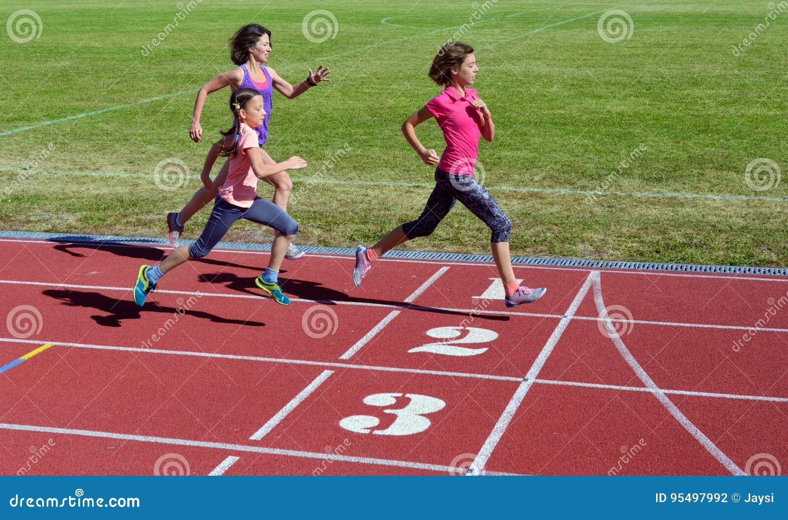 Familjkondition, moder och ungar som kör på stadionspår, utbildning och sund livsstil för barnsport