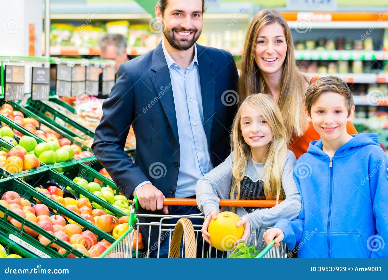 Familjlivsmedelsbutikshopping i stormarknad