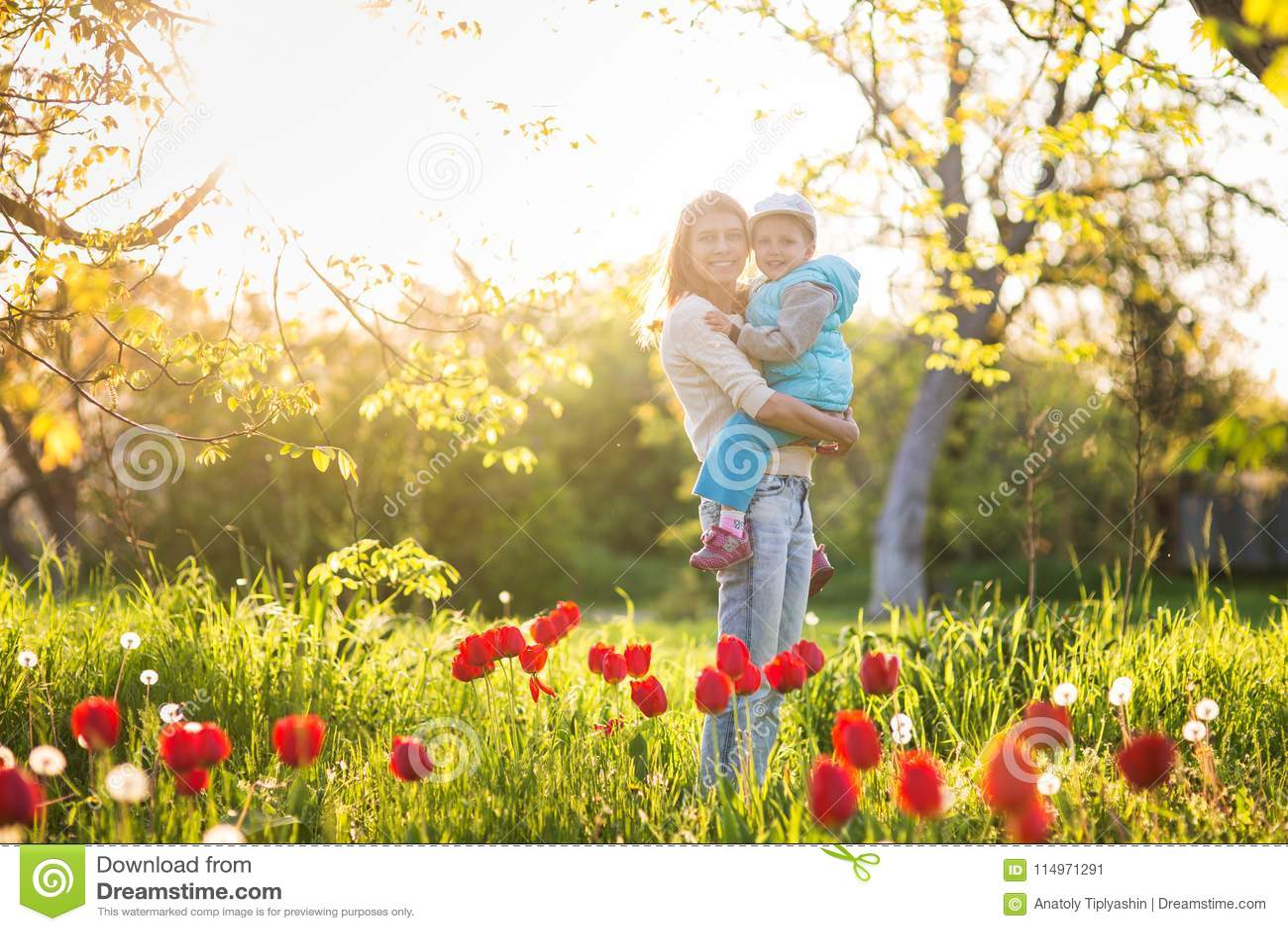 Familjmamma med dotterkvinnan med barnet i vårställning och hu