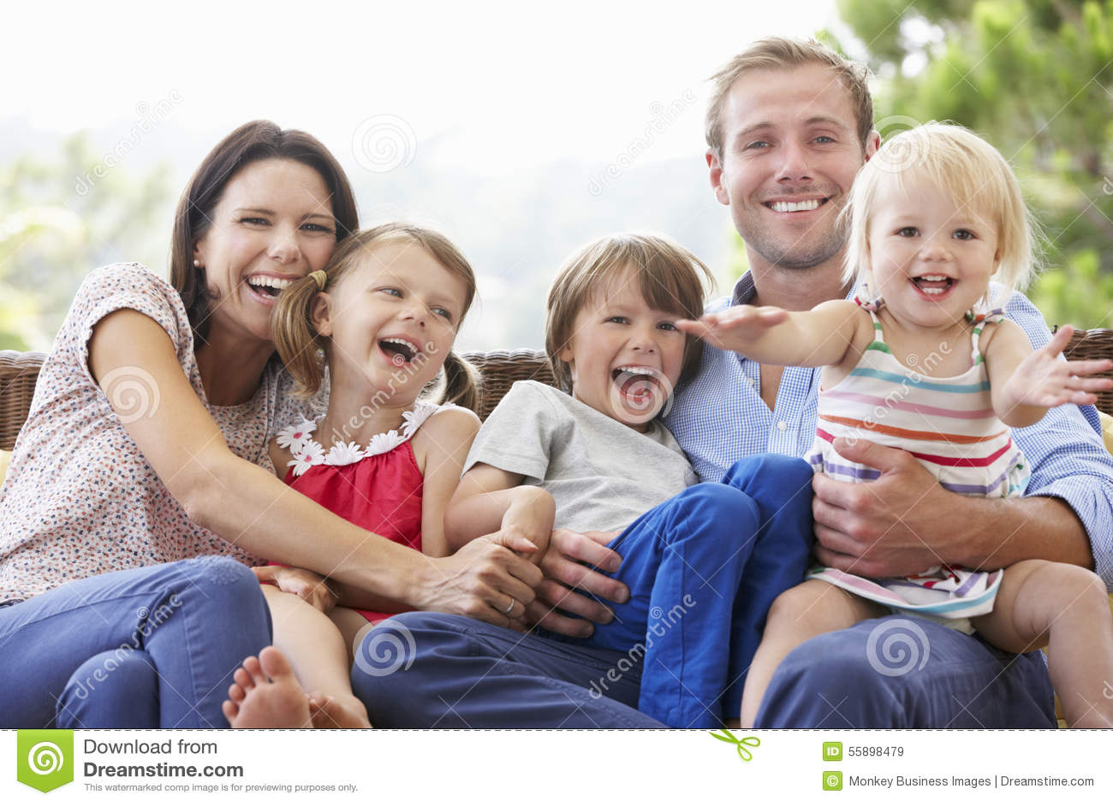 Familjsammanträde på trädgårds- Seat tillsammans