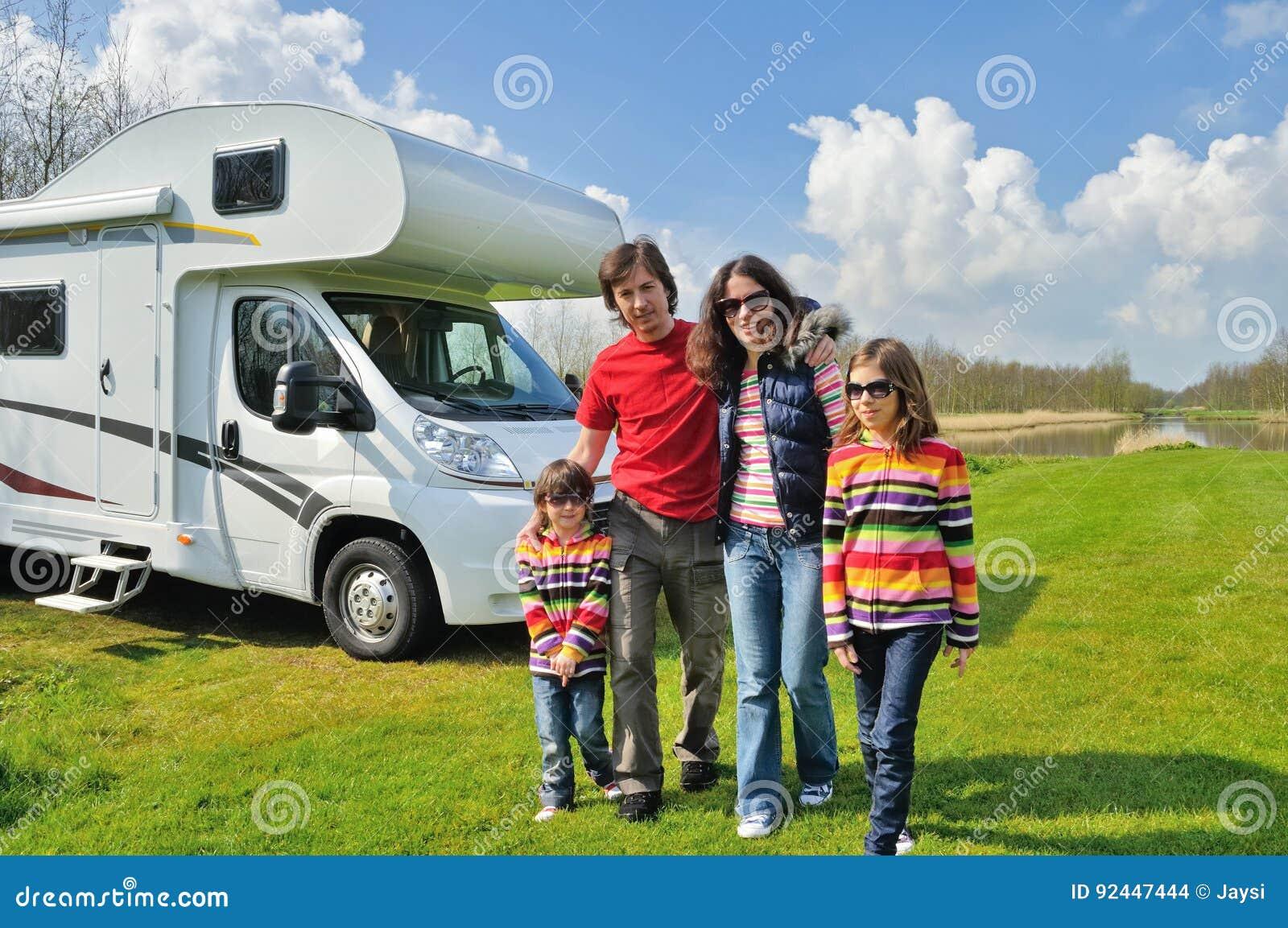Familjsemestern, RV-lopp med ungar, snubblar lyckliga föräldrar med barn på ferie i motorhome