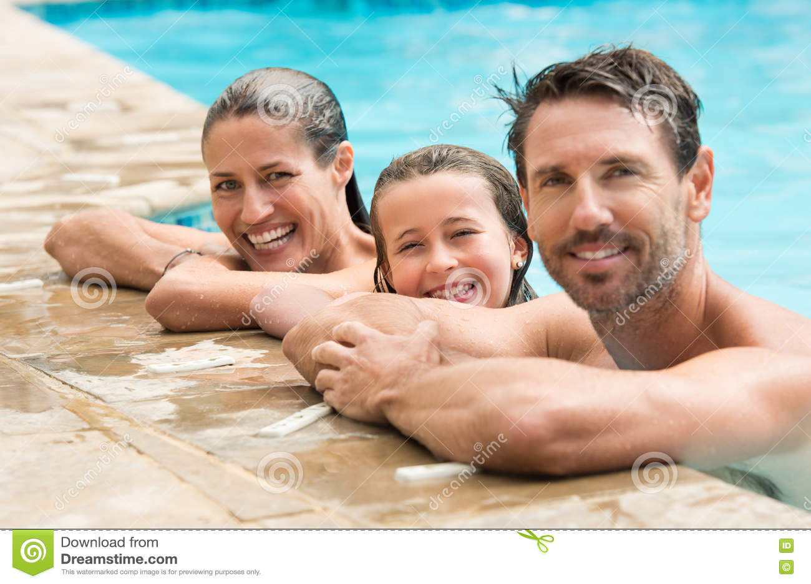 Familjstående i simbassäng