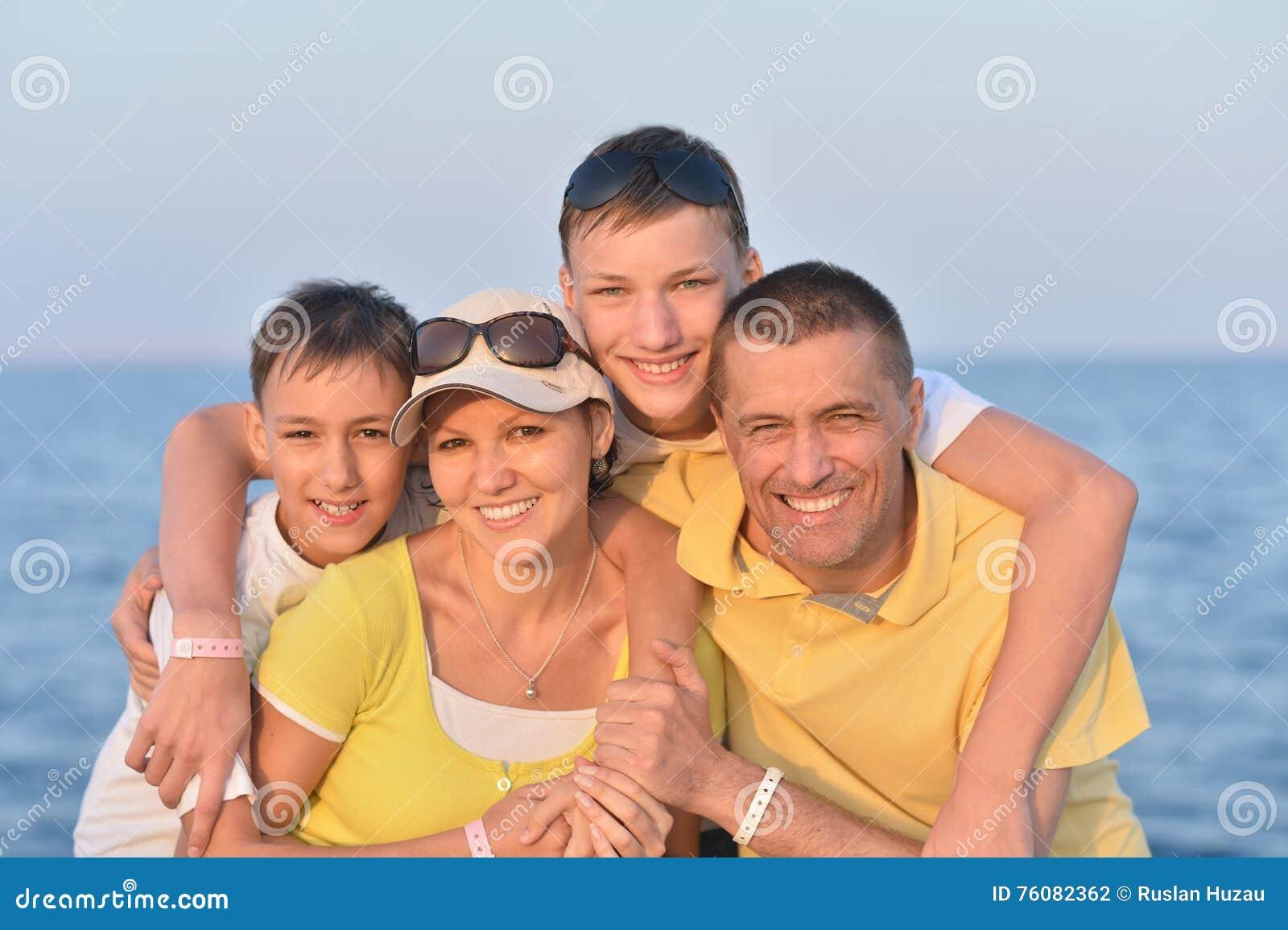 Famille à la plage en été