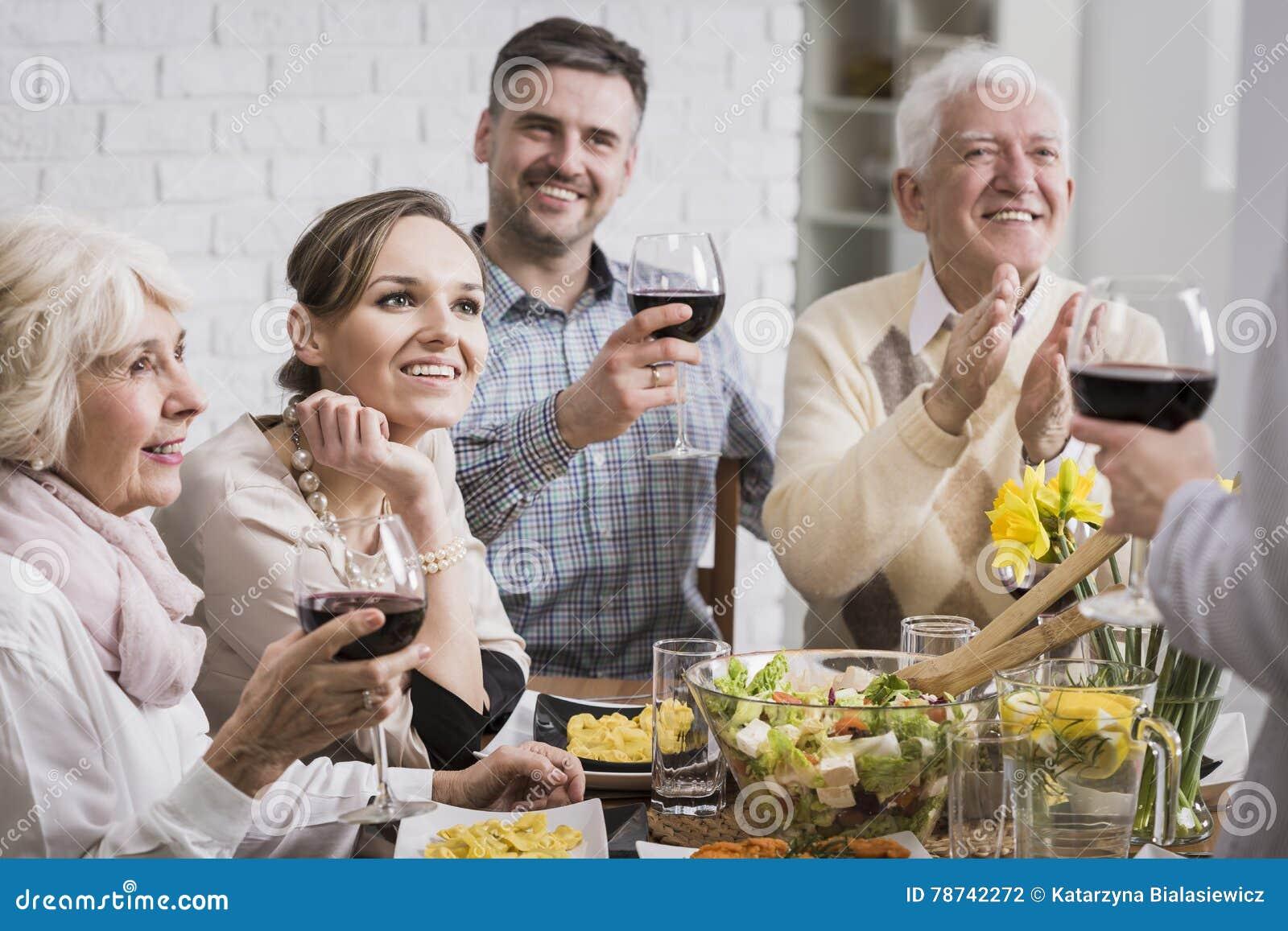 Famille à la table de dîner