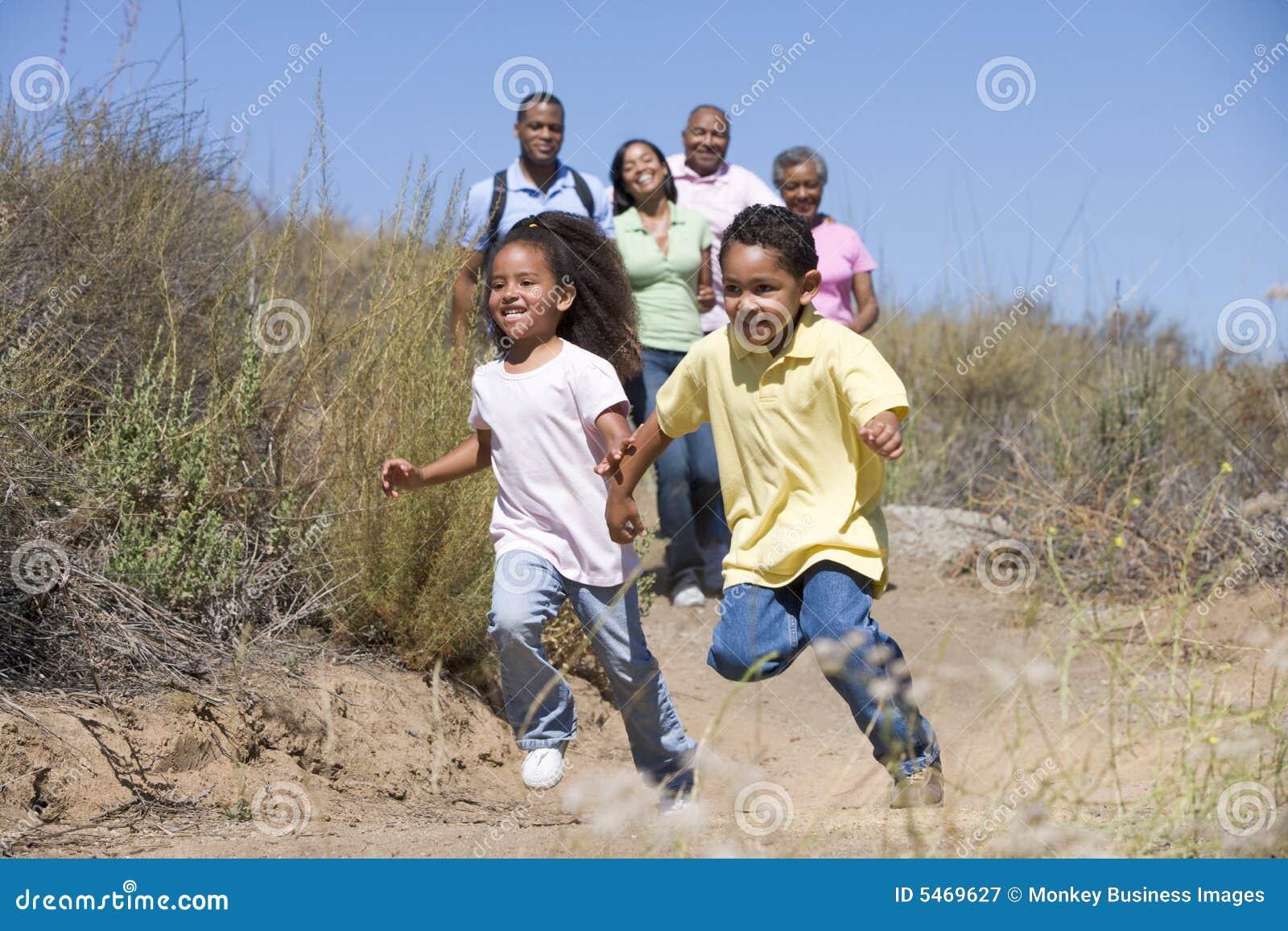 Famille étendu marchant dans la campagne