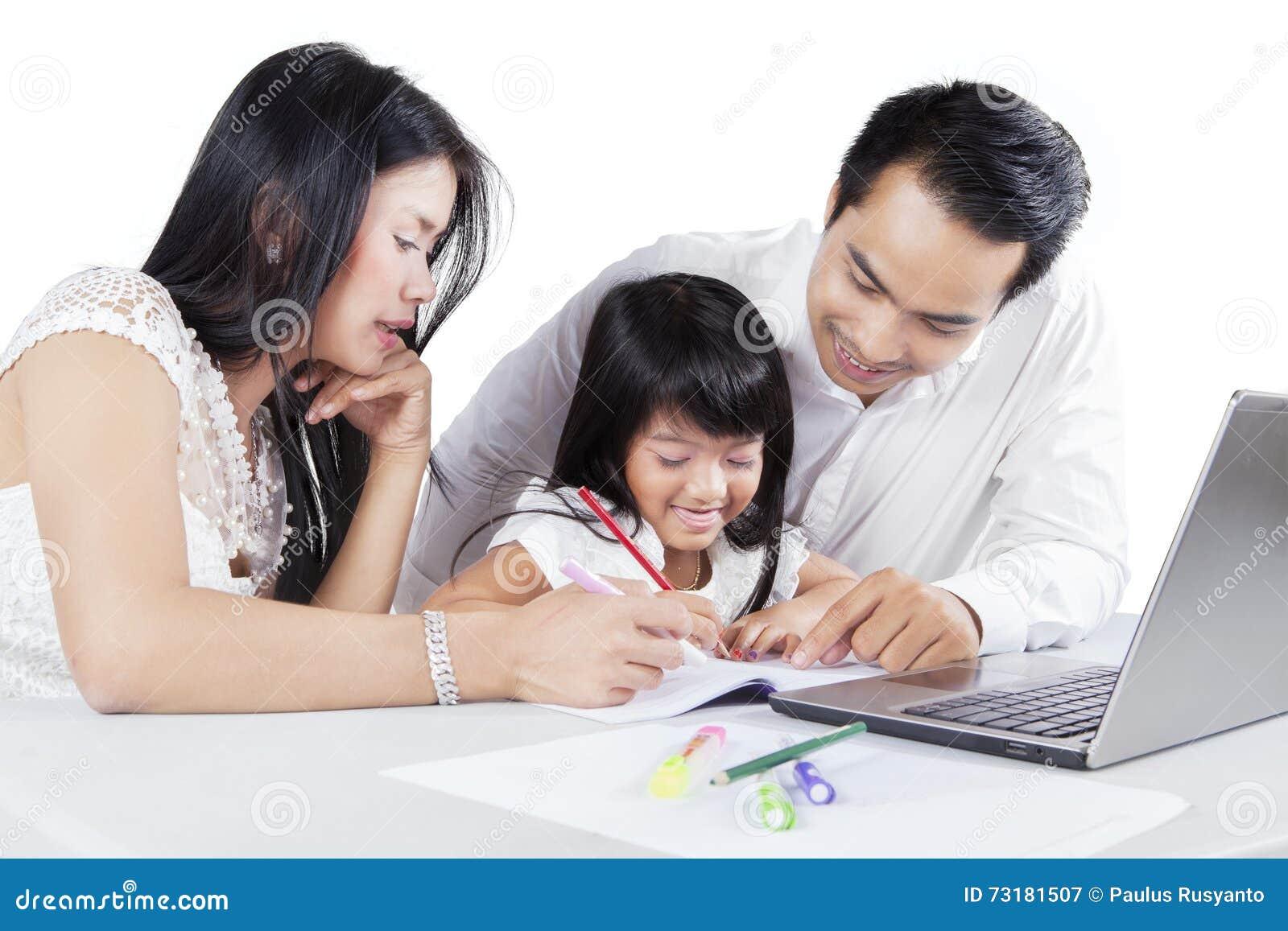 Famille étudiant ensemble sur le bureau image stock image du