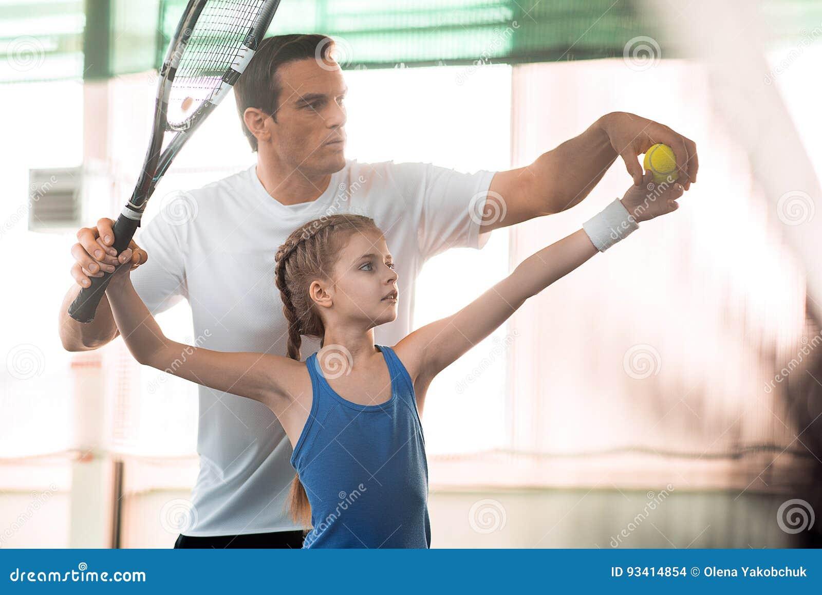 Famille active jouant le tennis sur la cour