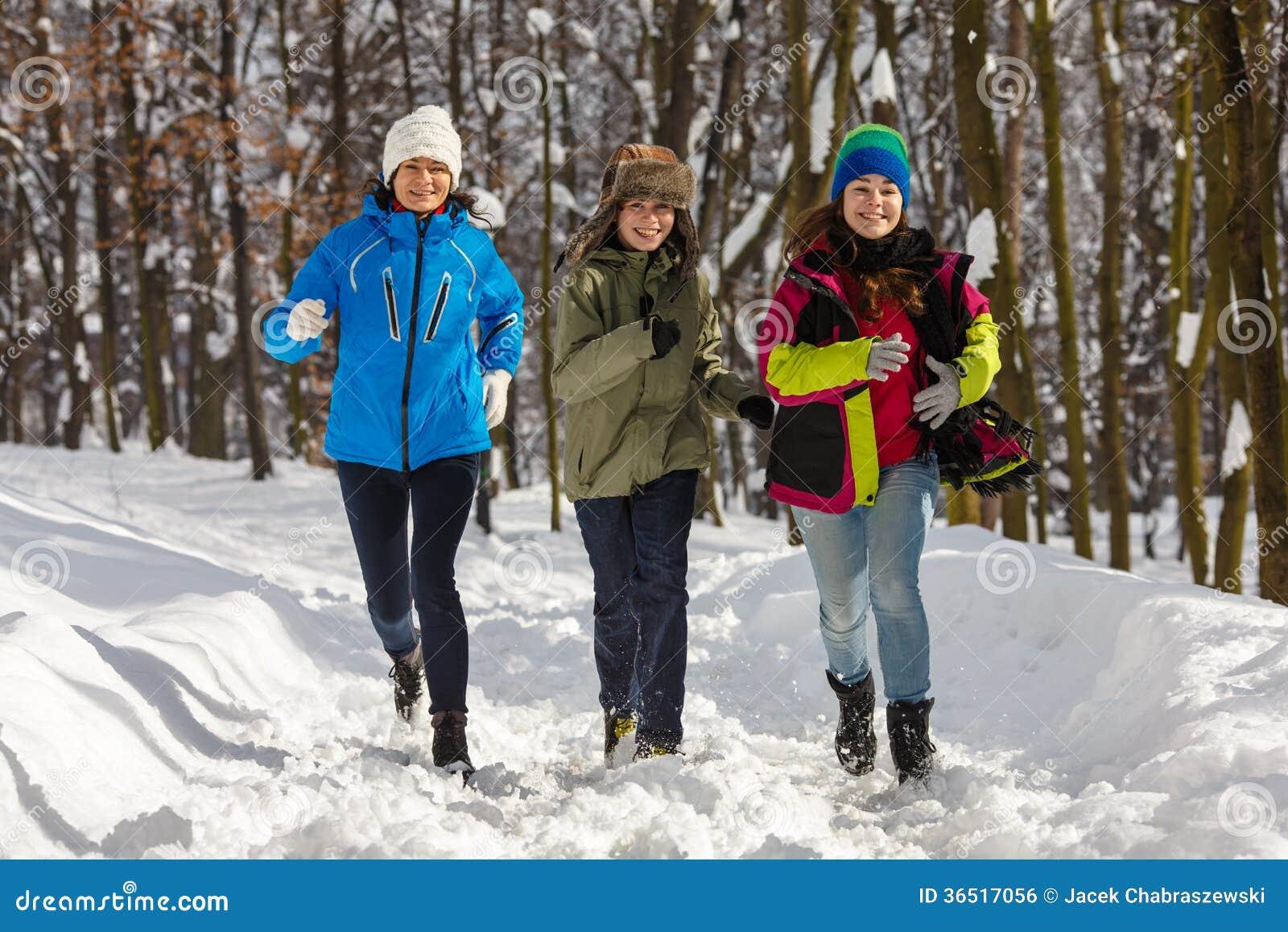 Famille active - mère et fonctionnement d enfants extérieur en parc d hiver