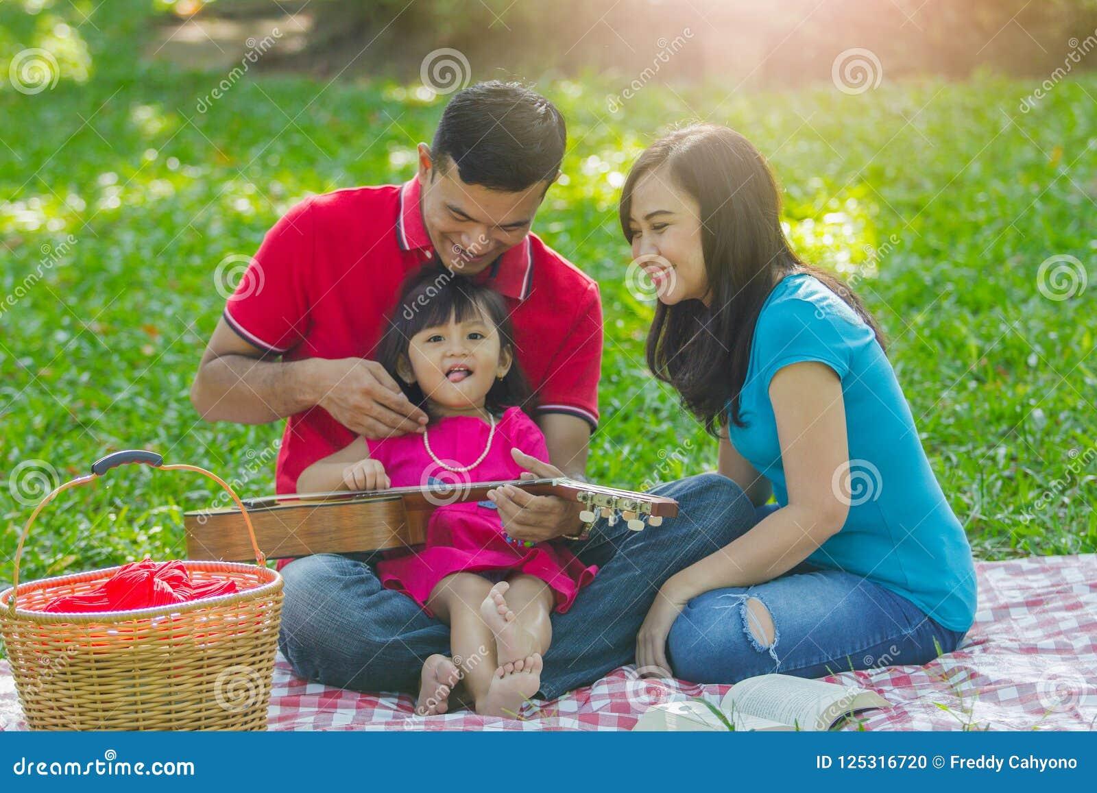 Famille adorable sur le pique-nique
