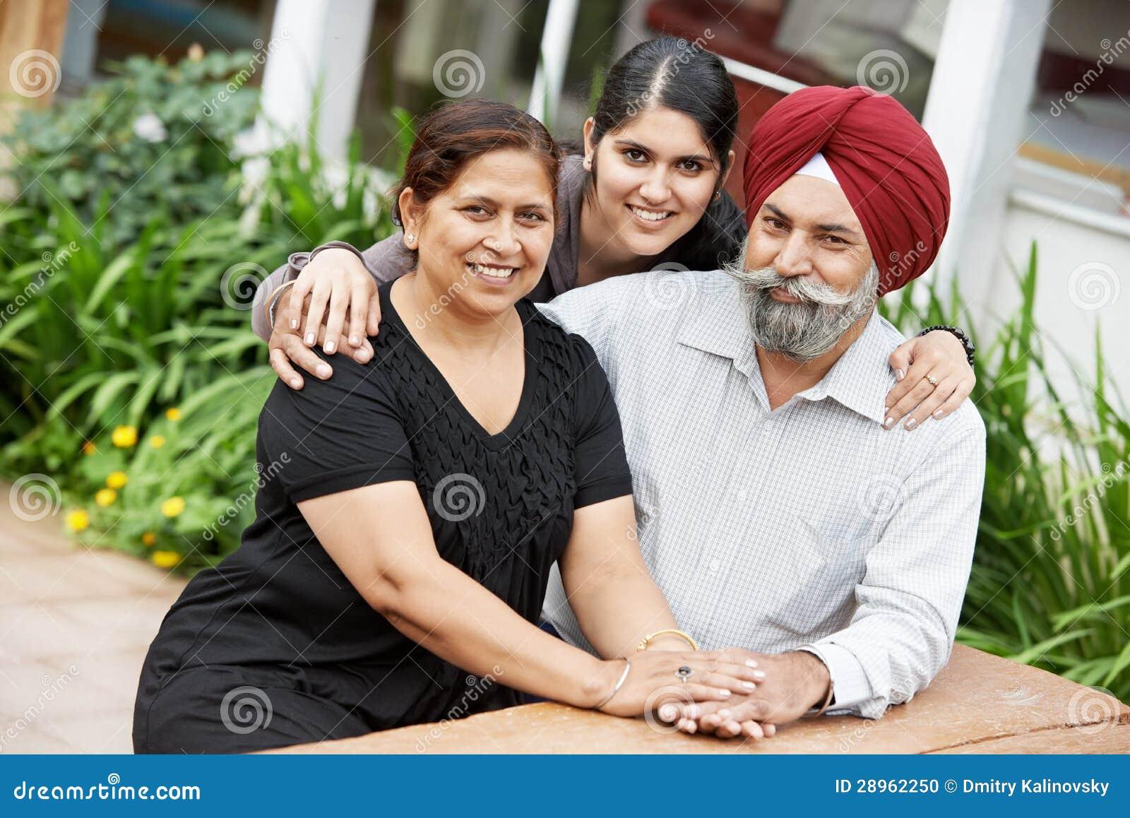 Famille adulte indienne heureuse de gens