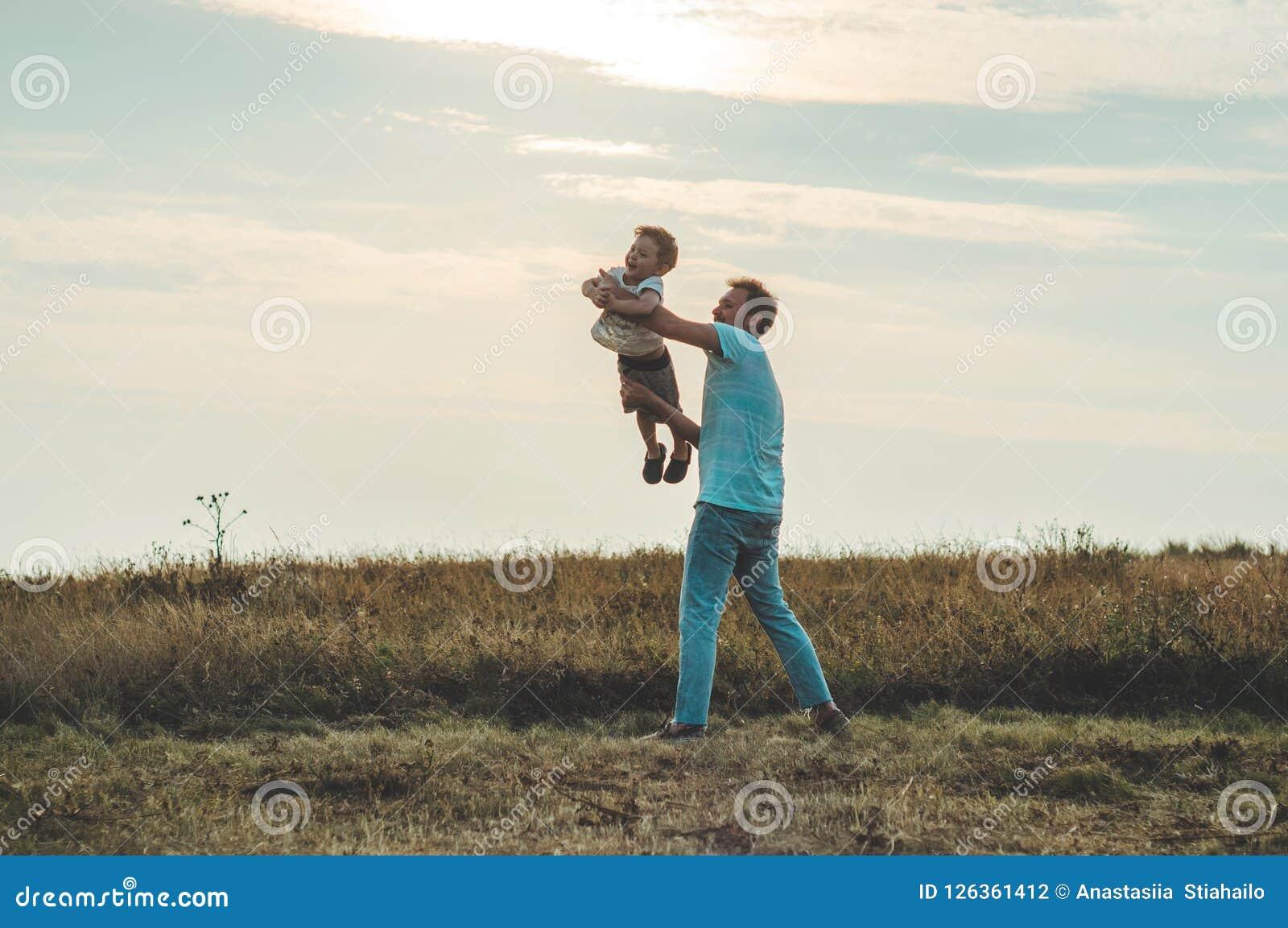 Famille affectueuse Engendrez et son bébé garçon de fils jouant et étreignant dehors Papa et fils heureux dehors Concept de jour