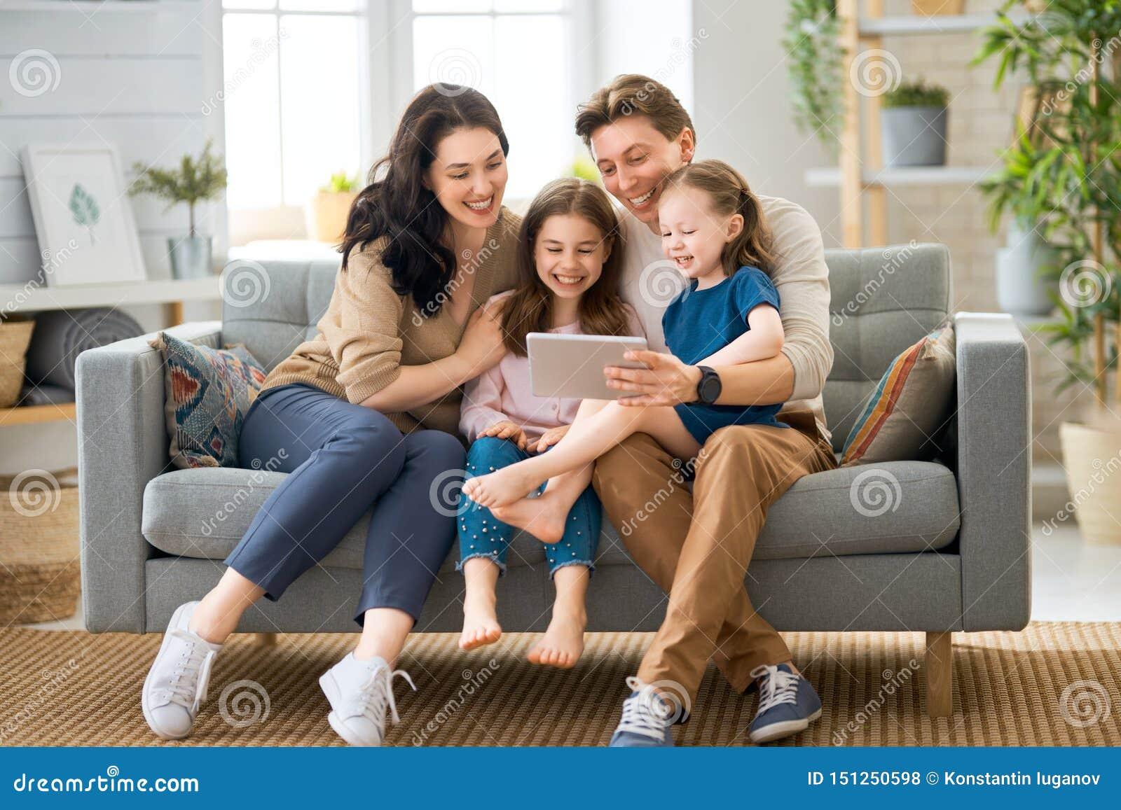 Famille affectueuse heureuse