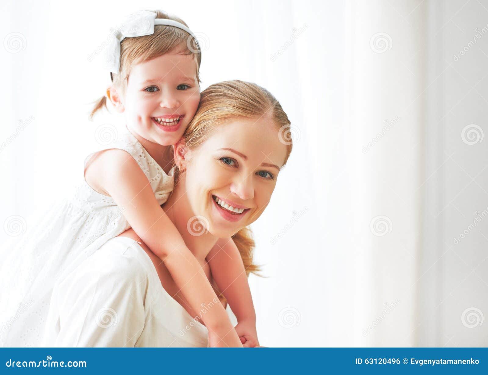 Famille affectueuse heureuse mère et enfant riant et étreignant