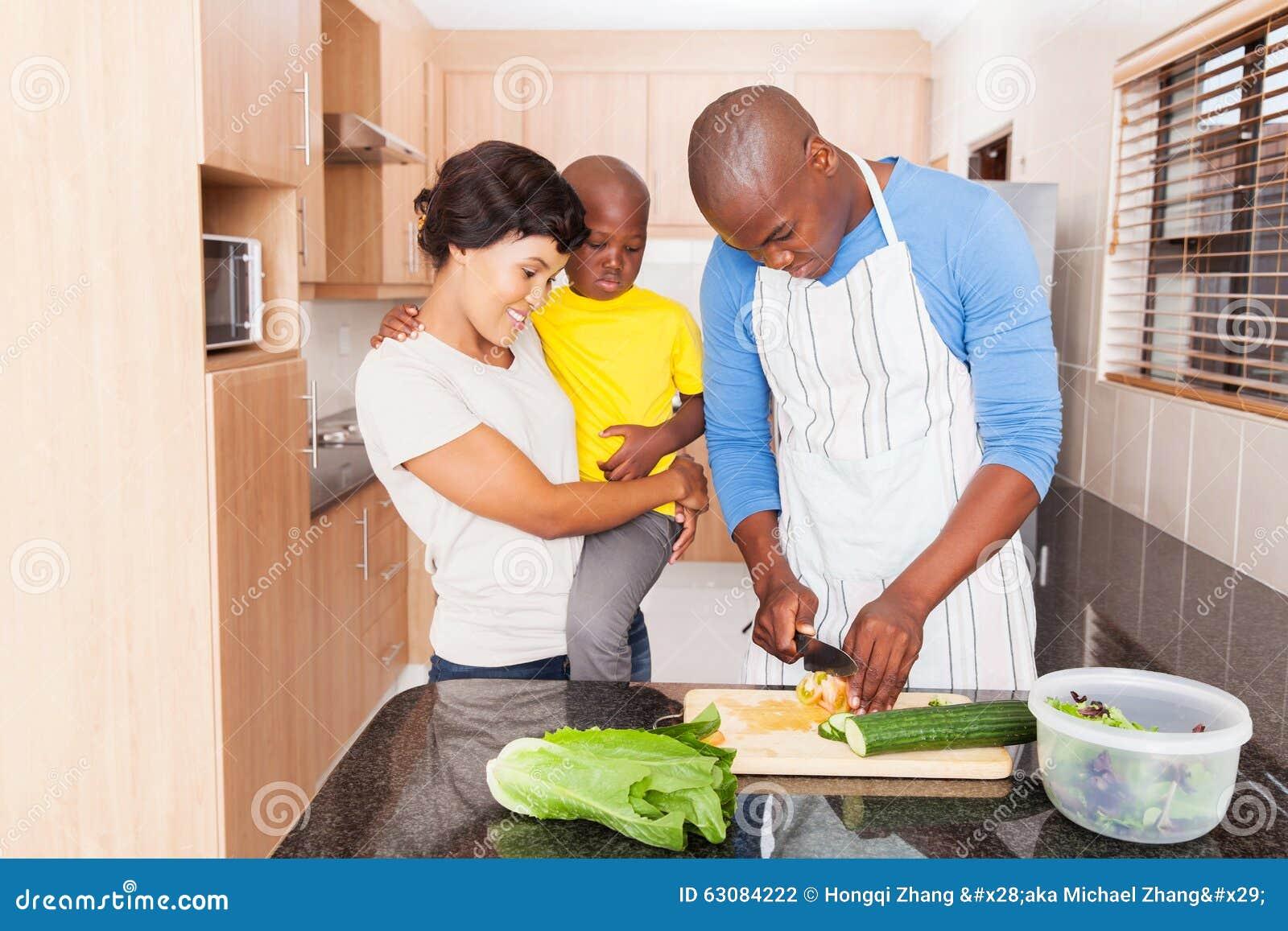 Download Famille Africaine De Salade D'homme Photo stock - Image du mari, père: 63084222