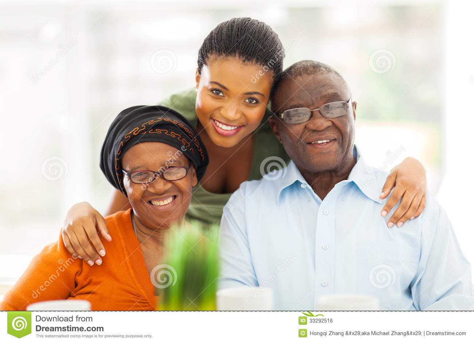 famille africaine heureuse image libre de droits image 33292516. Black Bedroom Furniture Sets. Home Design Ideas
