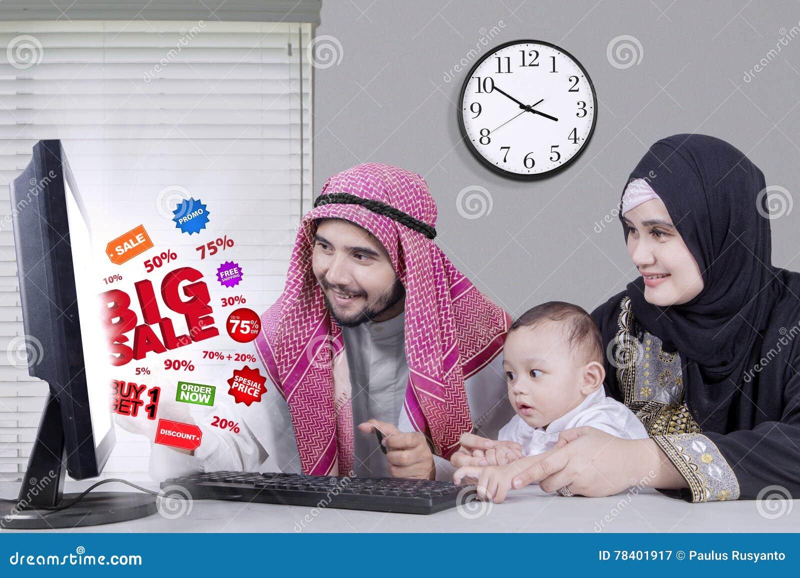 Deux jeune arabe homme affaires signature contrat ou accord