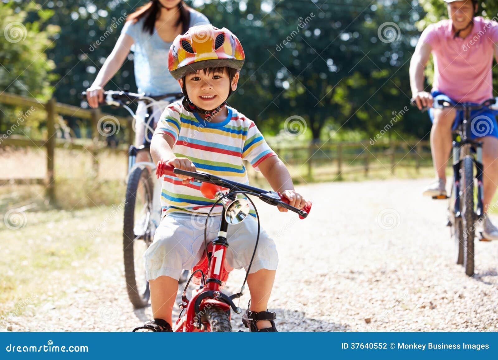 Famille asiatique sur le tour de cycle dans la campagne