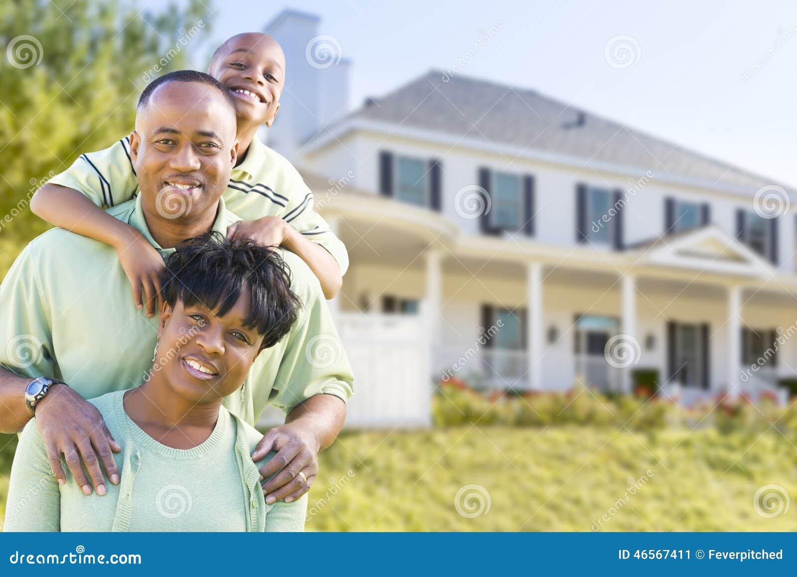 Famille attirante d Afro-américain devant la maison