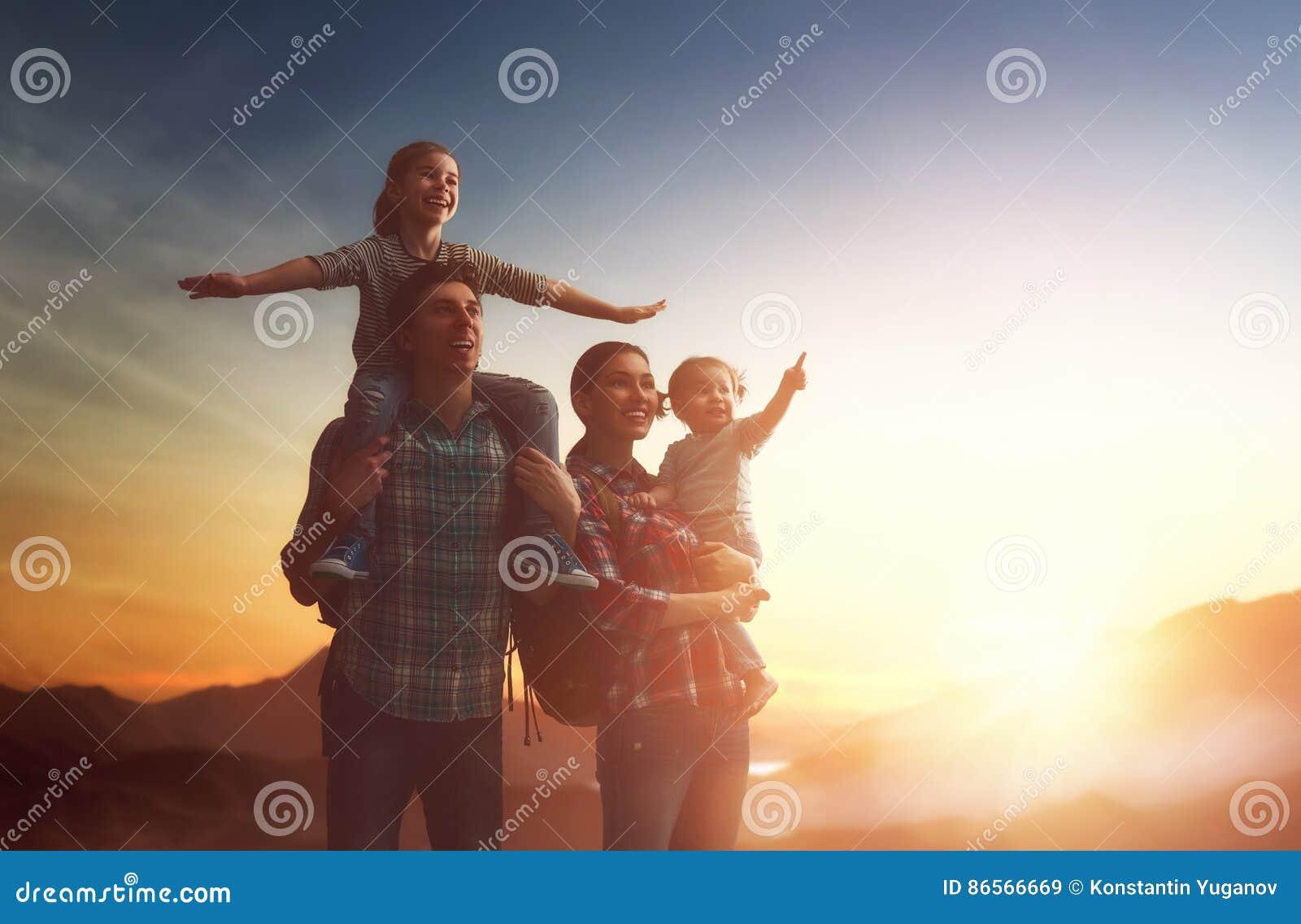 Famille au coucher du soleil