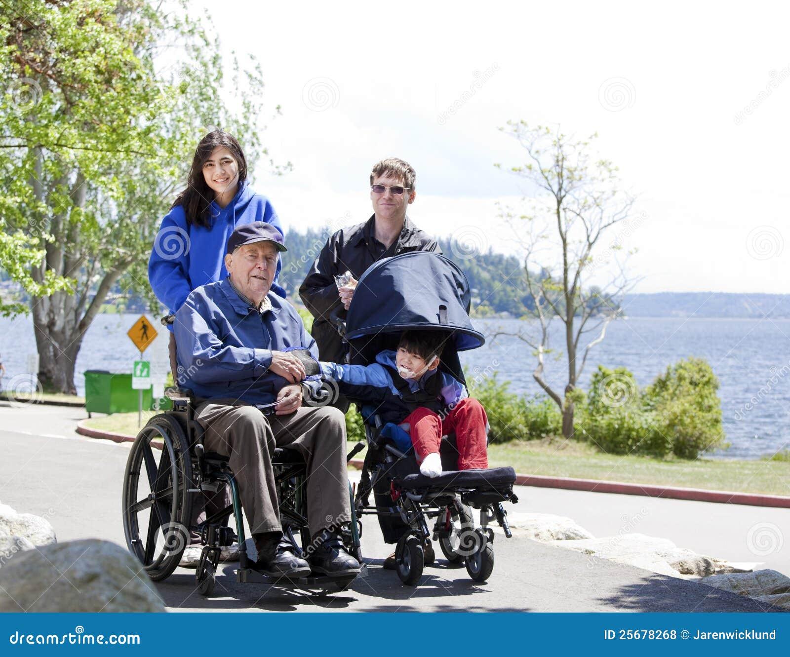 Famille avec l aîné et l enfant handicapés à l extérieur