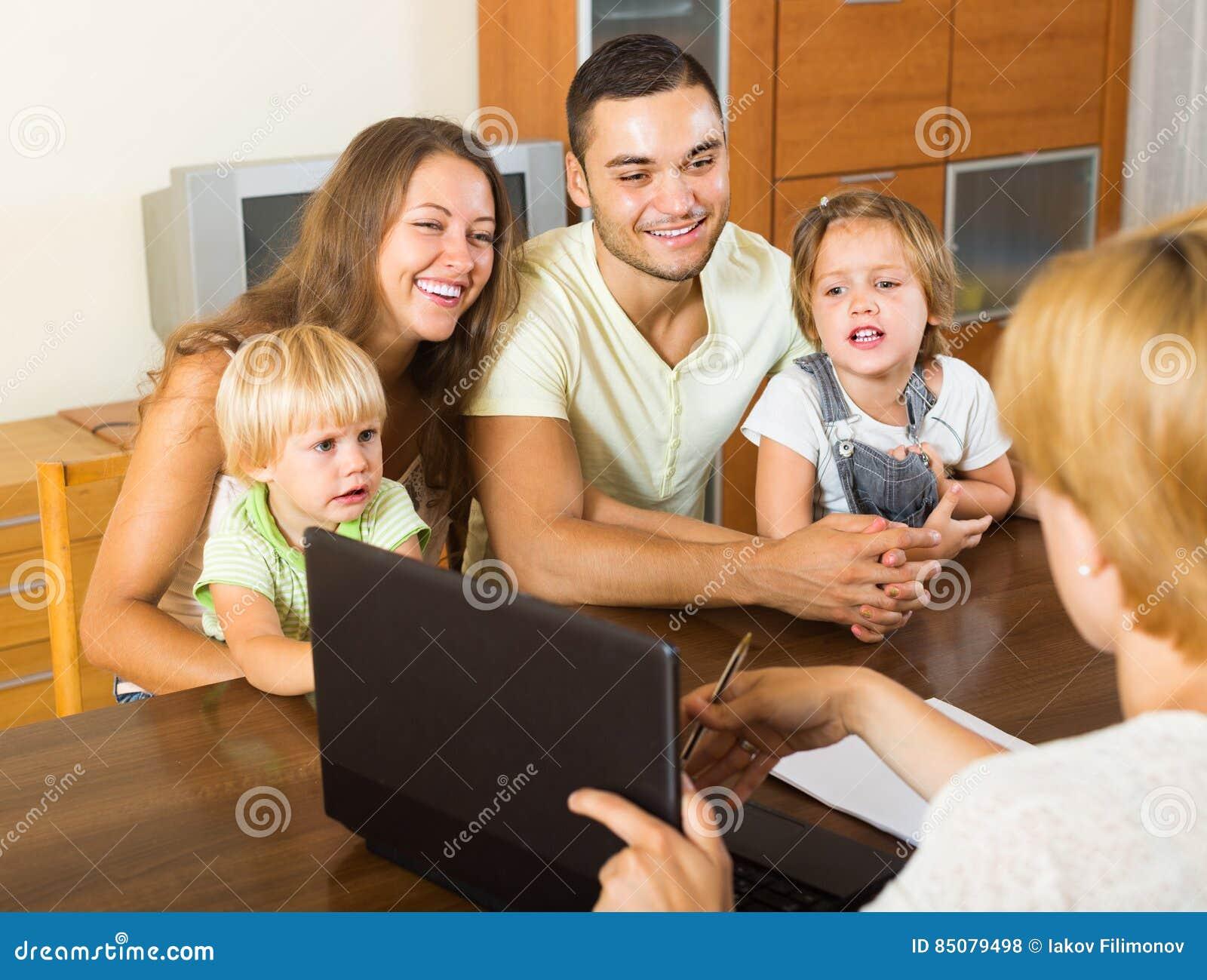 Famille avec l agent d assurance