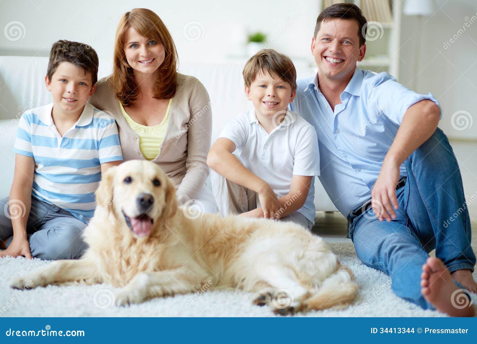 famille avec le chien images stock image 34413344. Black Bedroom Furniture Sets. Home Design Ideas