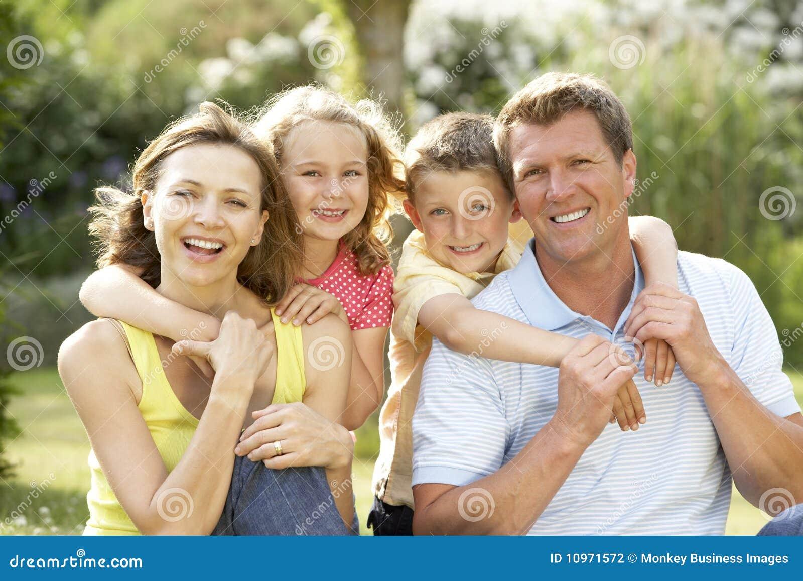 Famille ayant l amusement dans la campagne