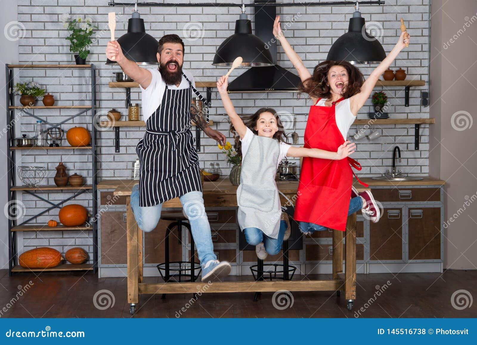 Famille ayant l amusement faisant cuire ensemble Enseignez l enfant faisant cuire la nourriture Le petit d?jeuner de week-end fai