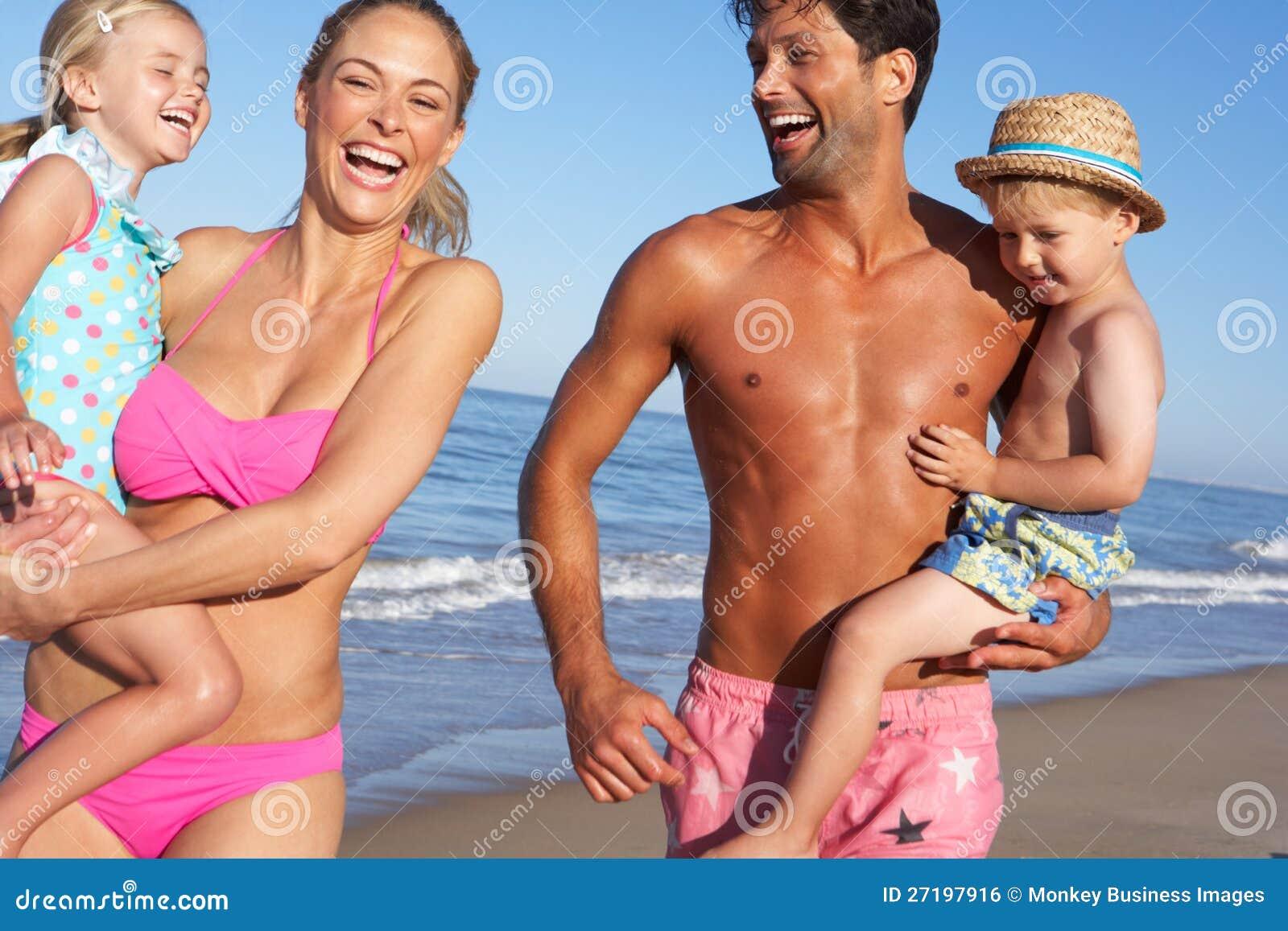 Famille ayant l amusement sur la plage