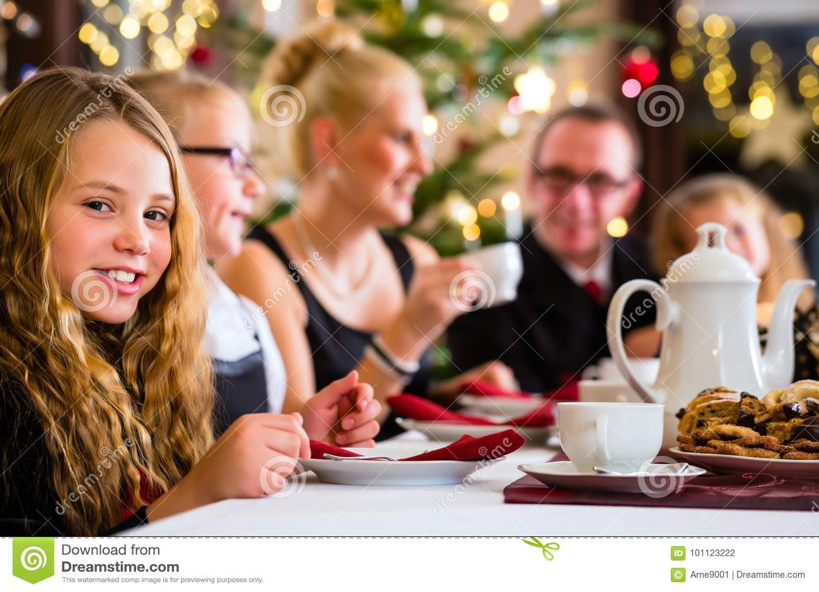 Famille ayant le temps traditionnel de café de Noël