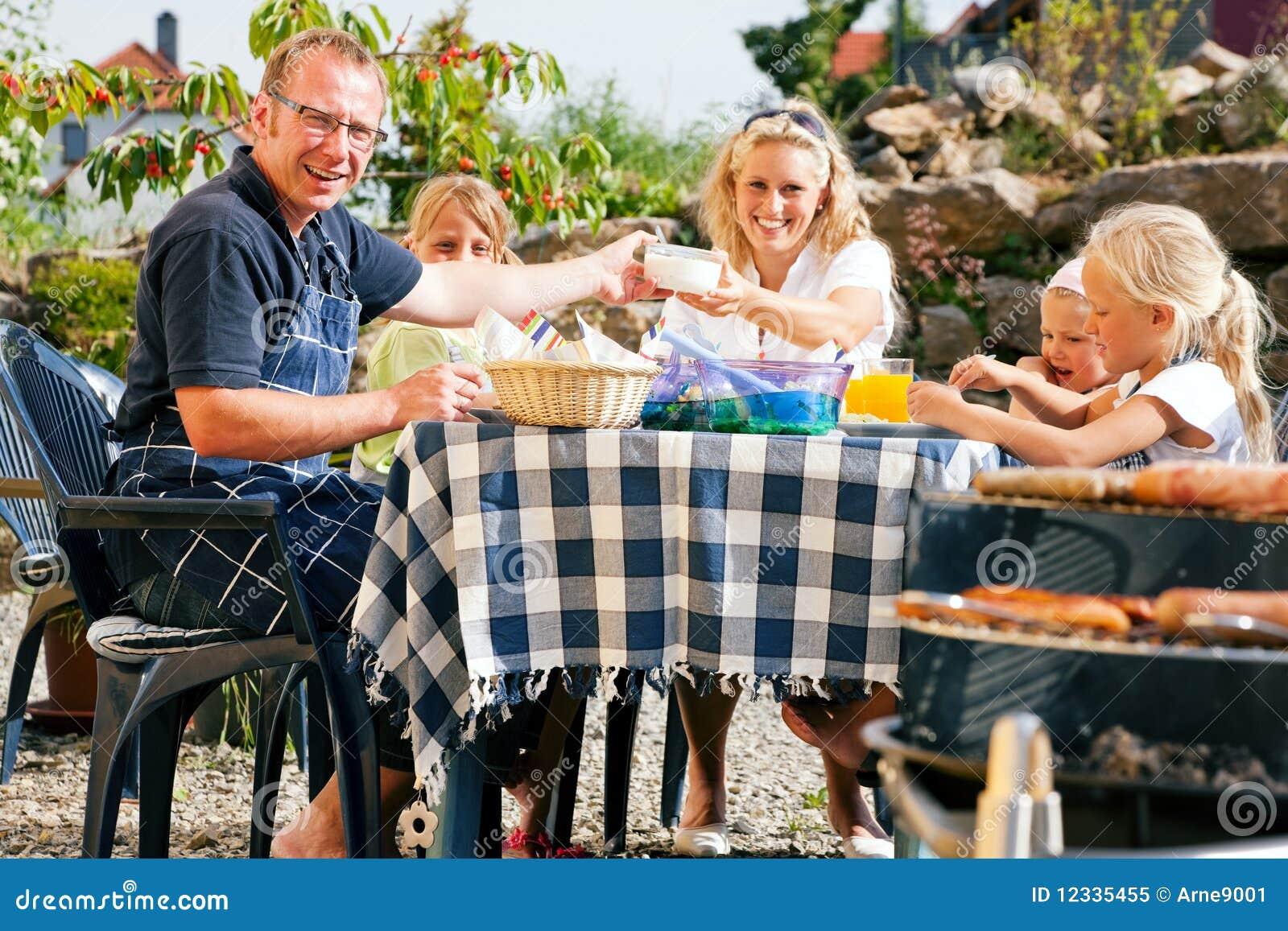Famille ayant une réception de barbecue