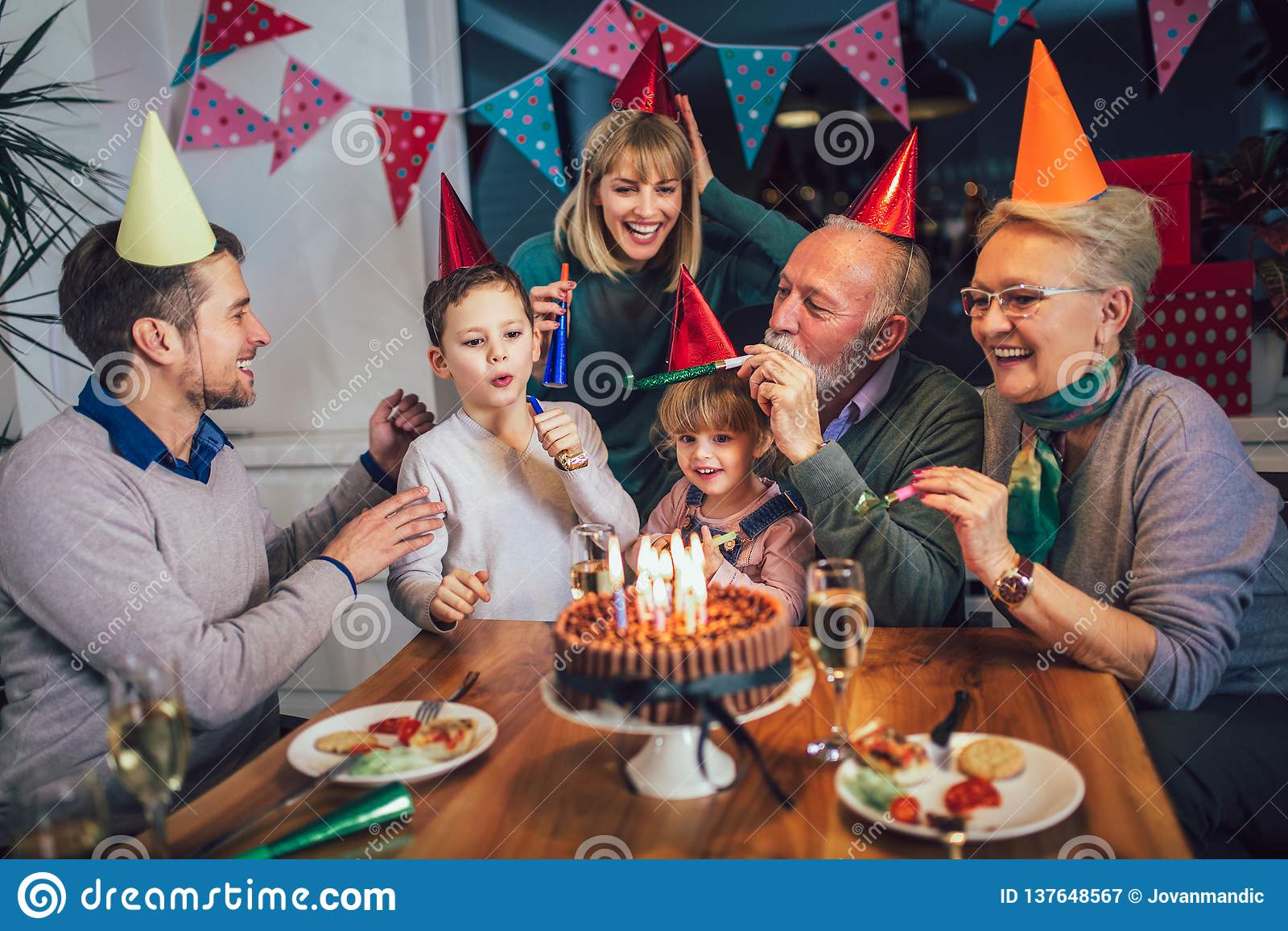 Famille célébrant l anniversaire du grand-père