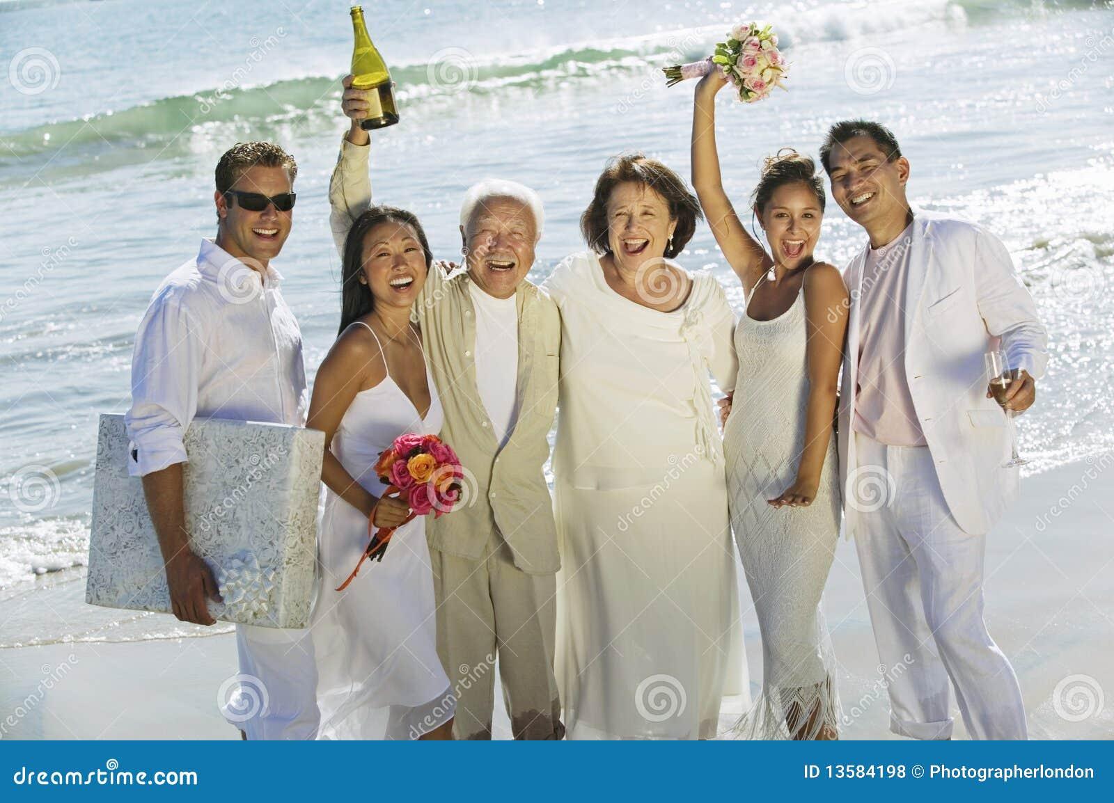 Famille célébrant le mariage sur la plage
