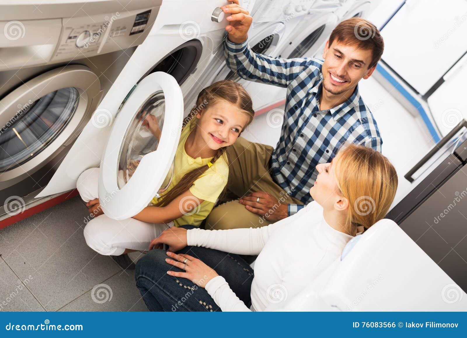 Famille choisissant la machine à laver