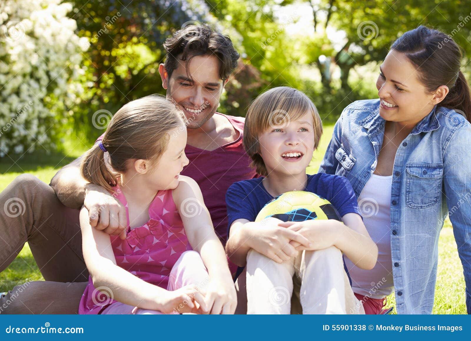 Famille détendant en jardin d été