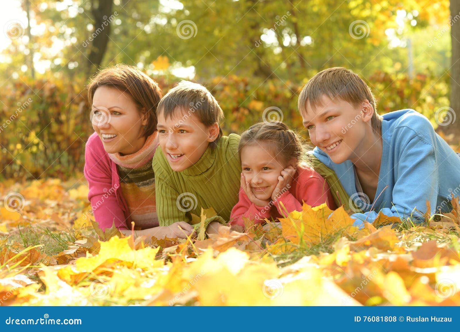 Famille détendant en parc d automne