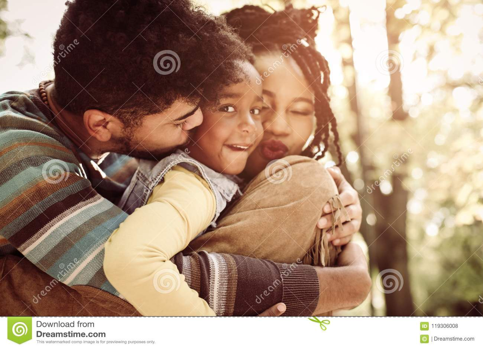 Famille d afro-américain dehors Petite fille regardant l appareil-photo