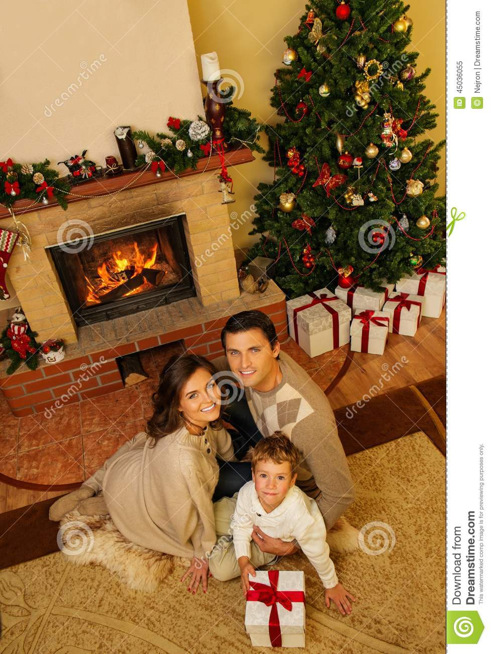 Famille dans l 39 int rieur de maison de no l photo stock for Cadeau decoration interieur