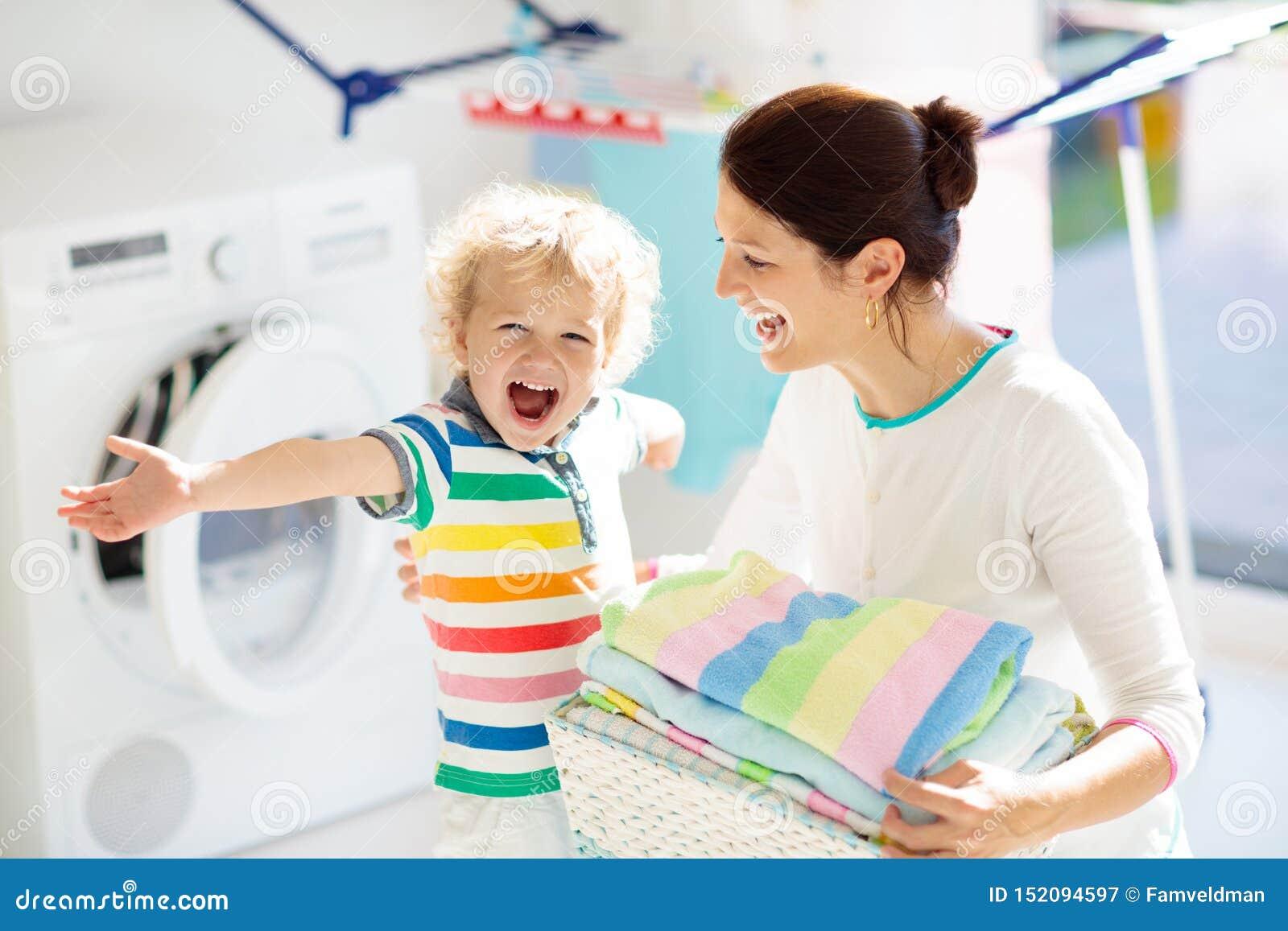 Famille dans la buanderie avec la machine ? laver