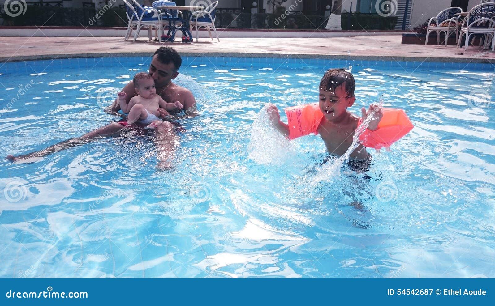 Famille dans la piscine
