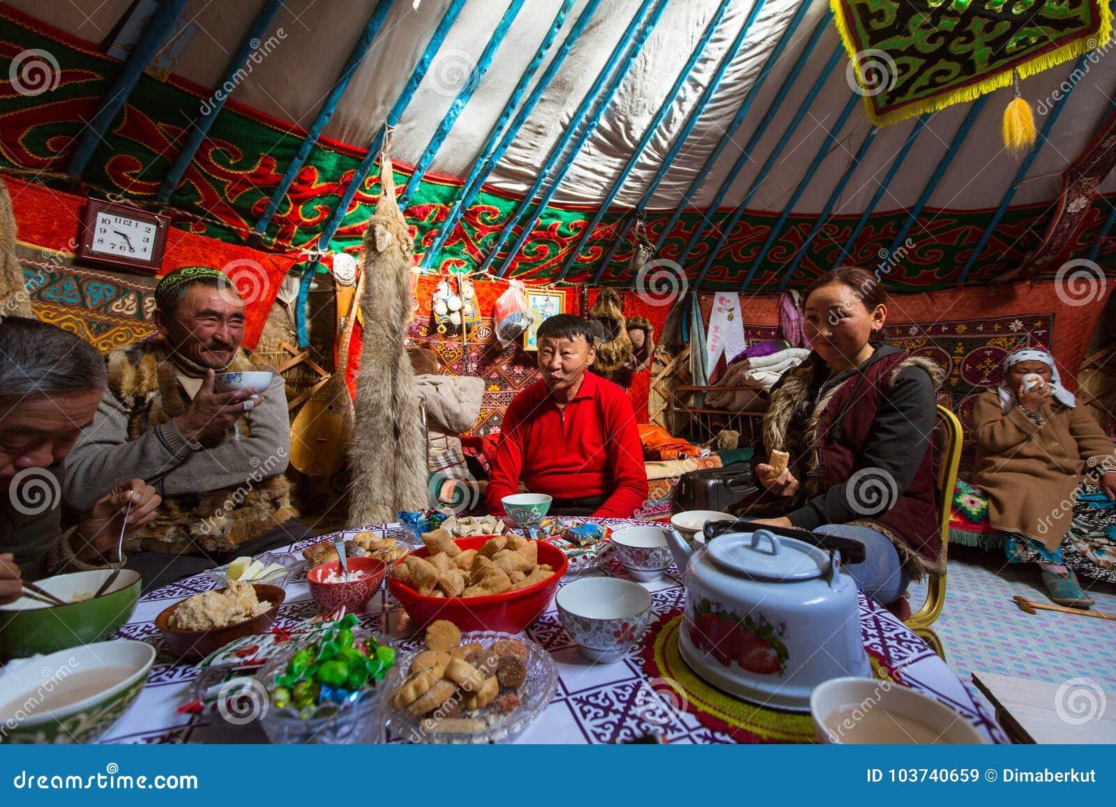 Famille de Kazakhs des chasseurs avec chasser l intérieur d aigles d or leur le Yurts mongol